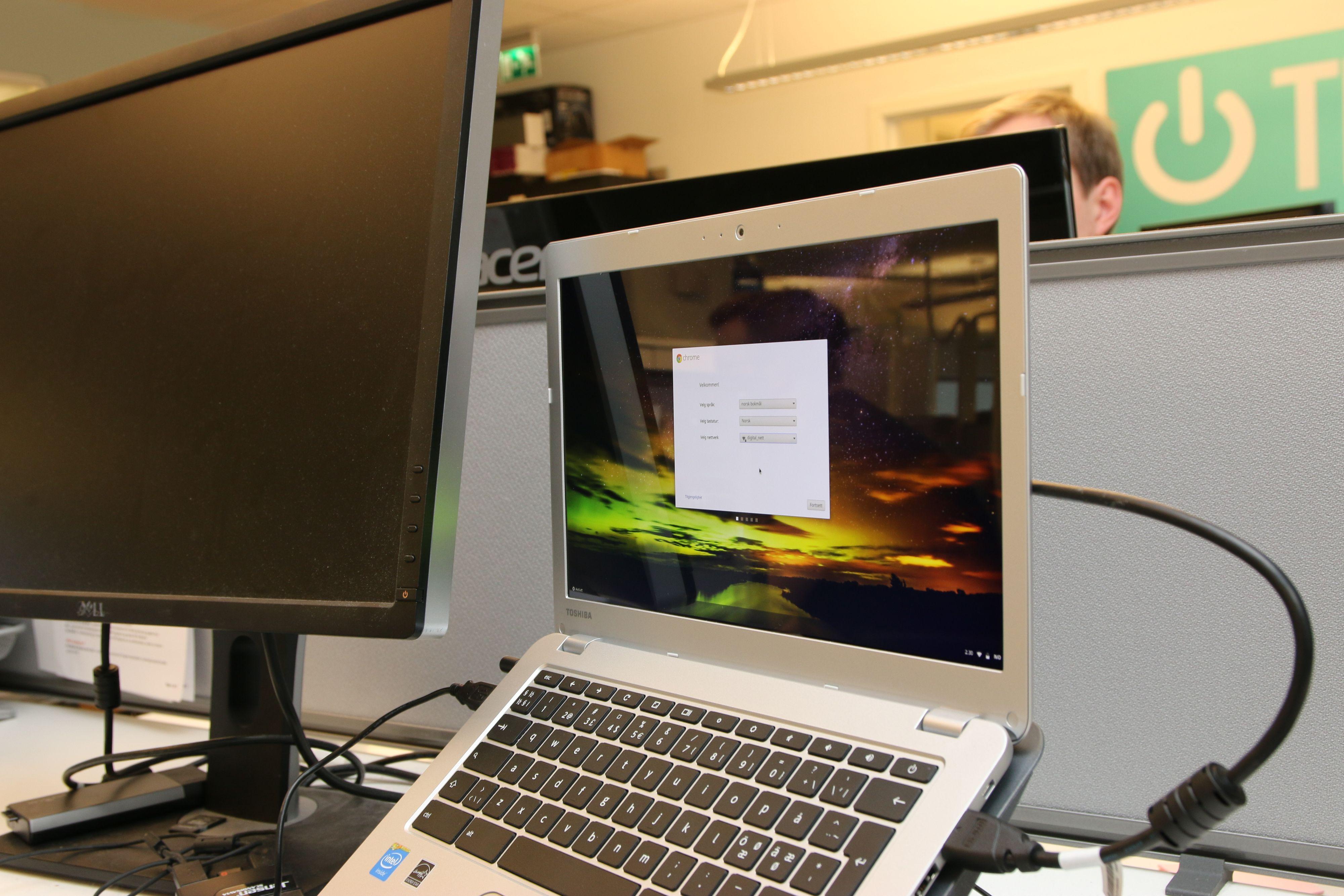 Chromebooken fungerte fint med to skjermer. Foto: Kristoffer Møllevik, Tek.no