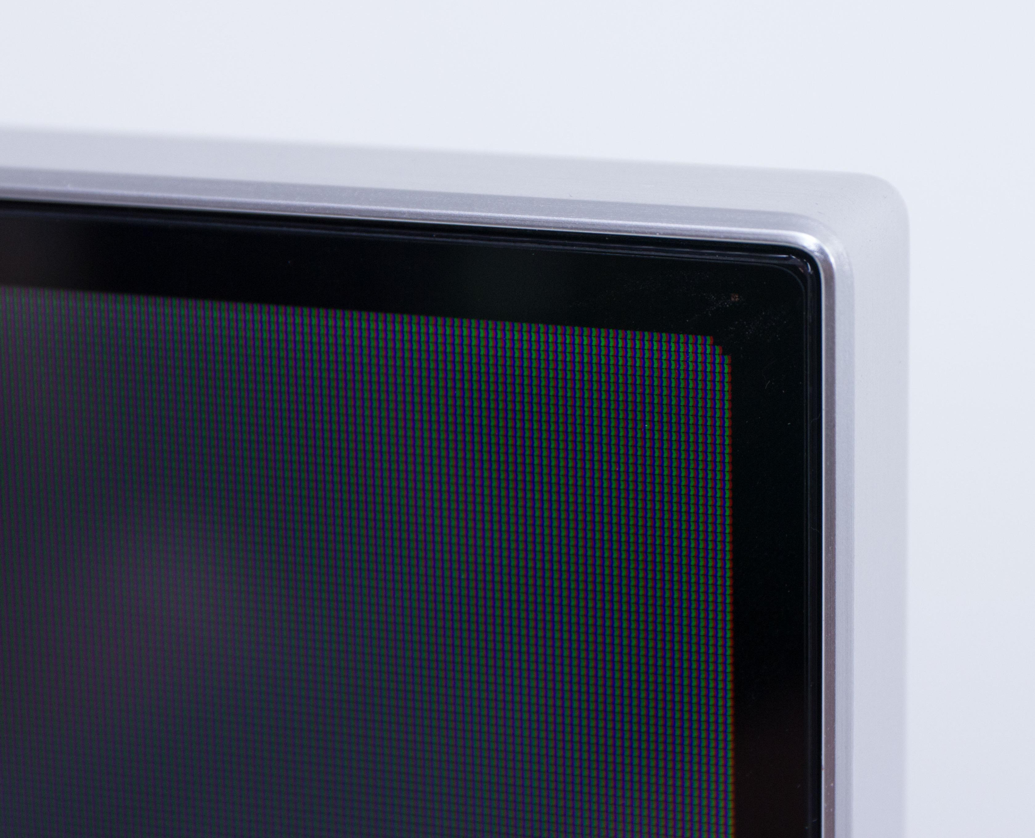 Rammen rundt skjermen er i aluminium, og bidrar til et lekkert ytre. .Foto: Ole Henrik Johansen / Hardware.no