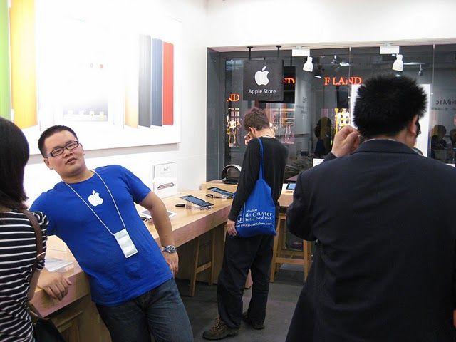 """Ekte uniformer: Betjeningen brukte Apples karakteristiske blå t-skjorter med logoen. Imidlertid brukte de ikke navneskilt, bare ordet """"staff"""" var synlig. Foto:Birdabroad"""