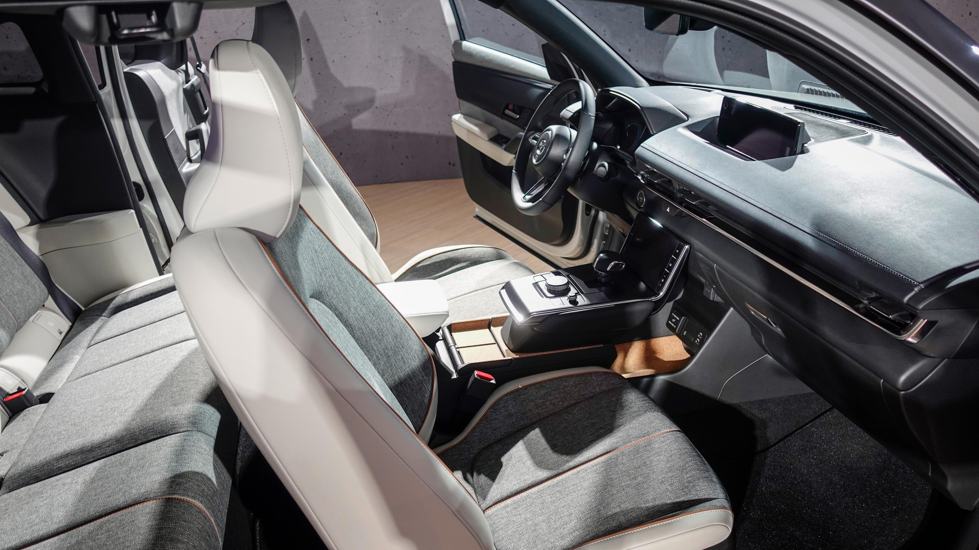 Innvendig har Mazda valgt en rekke bærekraftige materialer. Bruken av kork peker tilbake på Mazdas historie som korkprodusent, og innvendig er dørene kledt i et materiale laget av resirkulerte plastflasker. Setene kommer i en syntetisk skinnvariant.