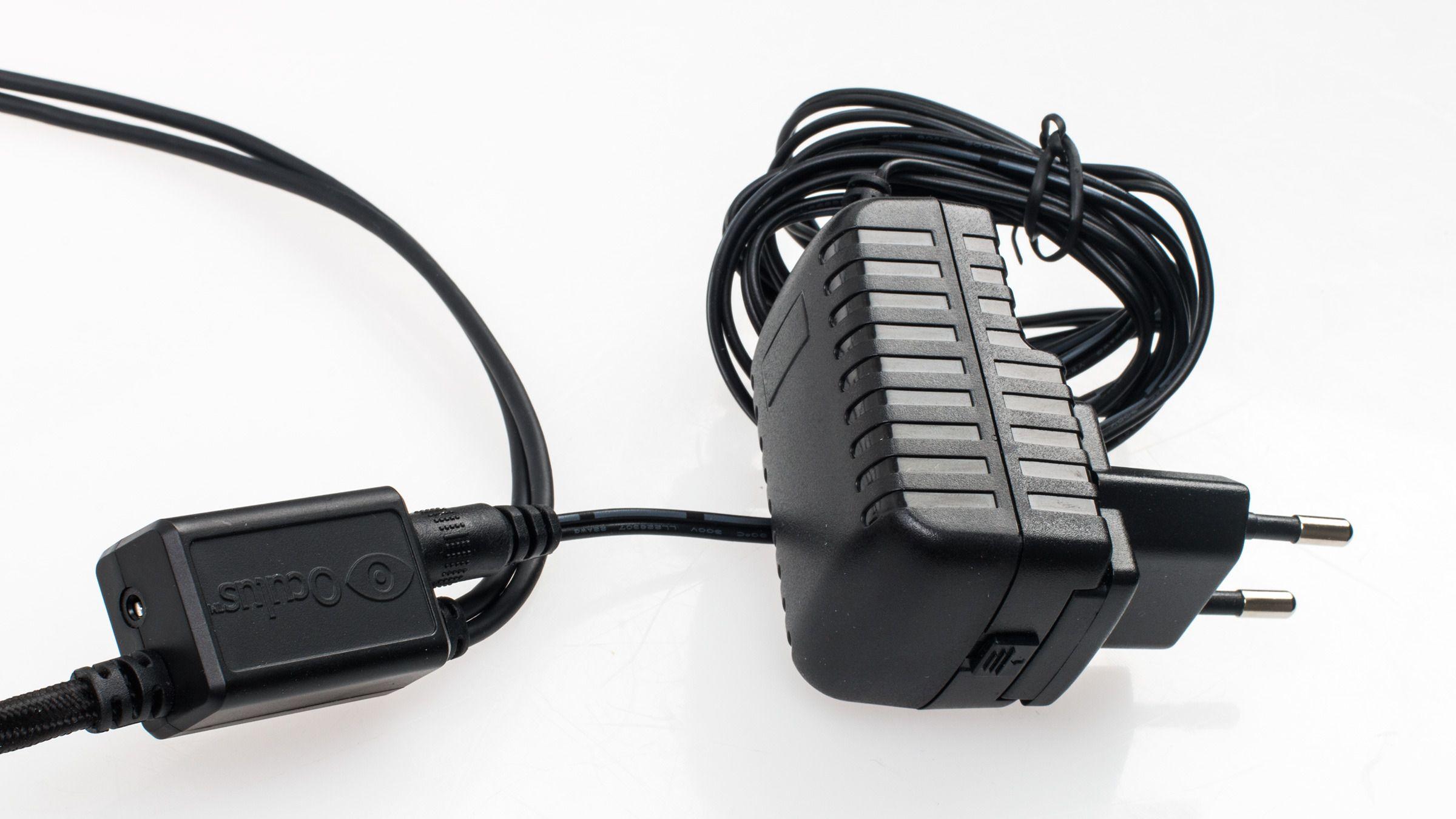 Om du må bytte ut kabelen må du nok likevel ha en erstatningskabel fra Oculus selv, på grunn av denne lille knotten – her kobles nemlig strømmen til. Her er det også en liten jack-kontakt, som tilsvarer den vi så på webkameraet som følger med. Det er altså denne lille saken som overtar for den klumpete kontrollboksen på forrige modell.Foto: Varg Aamo, Tek.no