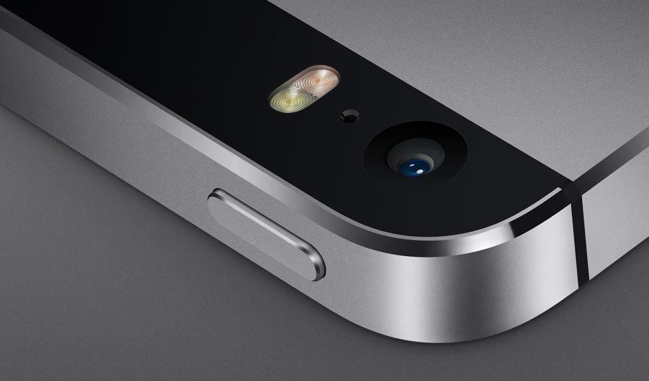 Kameralampen er oval, en av få detaljer som avslører at dette er den nye iPhone 5S.