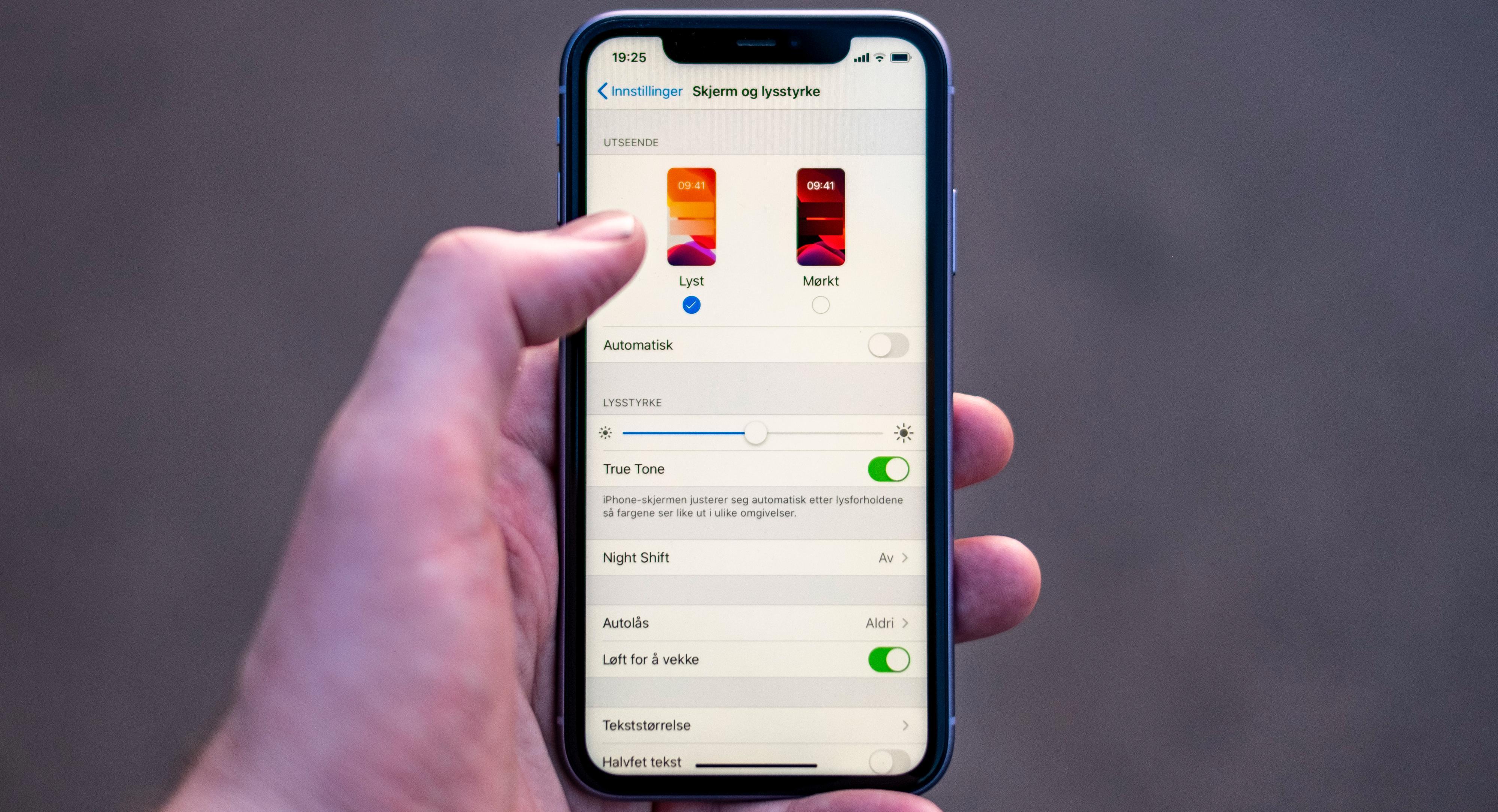 Du får selvsagt mørk modus også i den vanlige iPhone 11-versjonen, men i Pro-telefonene gjør den dobbel nytte. Der sparer den både synet ditt og batteriet, siden de mer påkostede AMOLED-skjermene ikke lyser opp områder som er svarte i det hele tatt, mens iPhone 11s LCD-skjerm lyser over det hele hele tiden - den blokker bare ut lyset der det er mørkt.