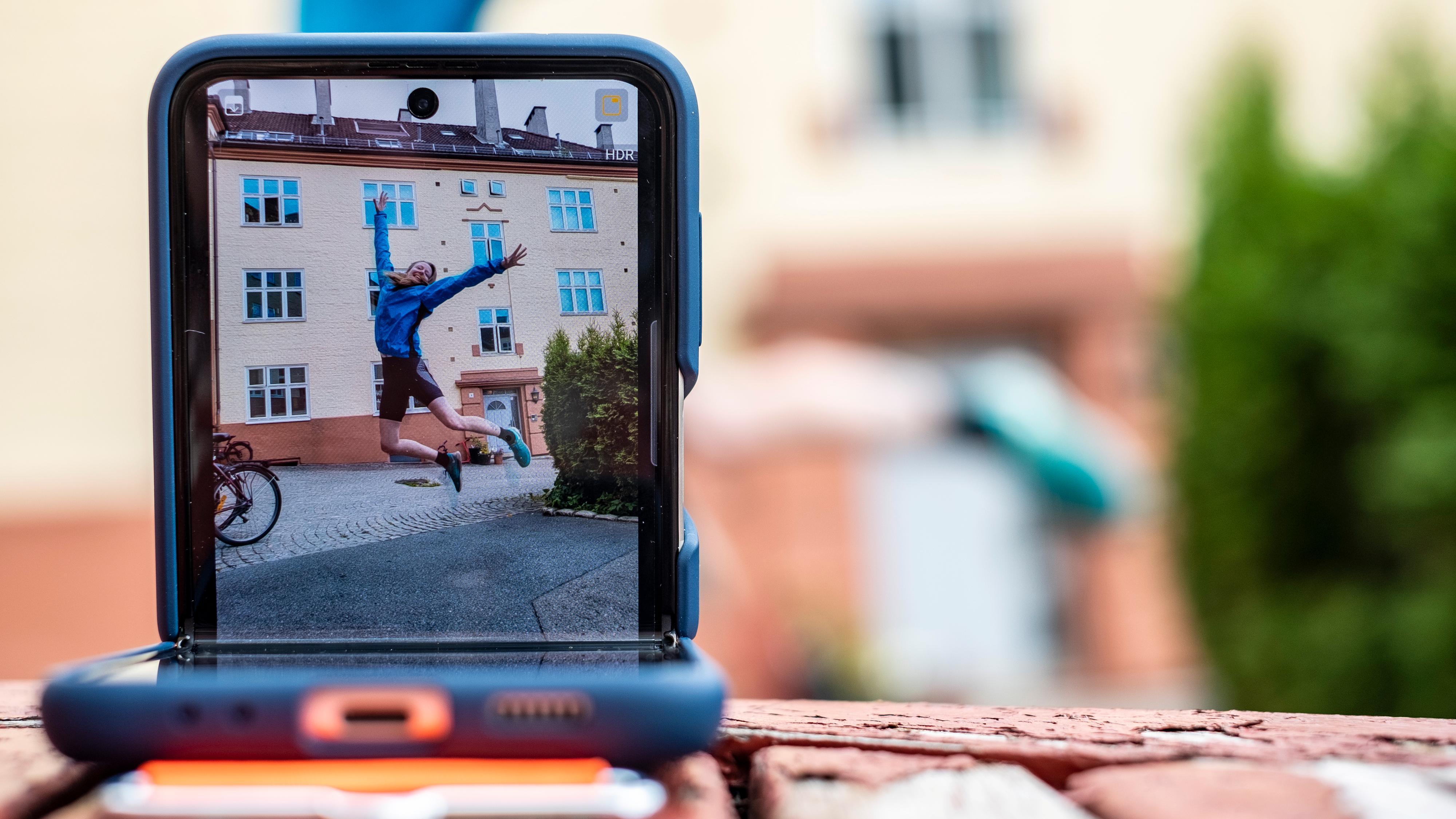At mobilen kan være sitt eget stativ, med selvutløser og relativt raske kamera, gjør den til et svært morsomt leketøy.