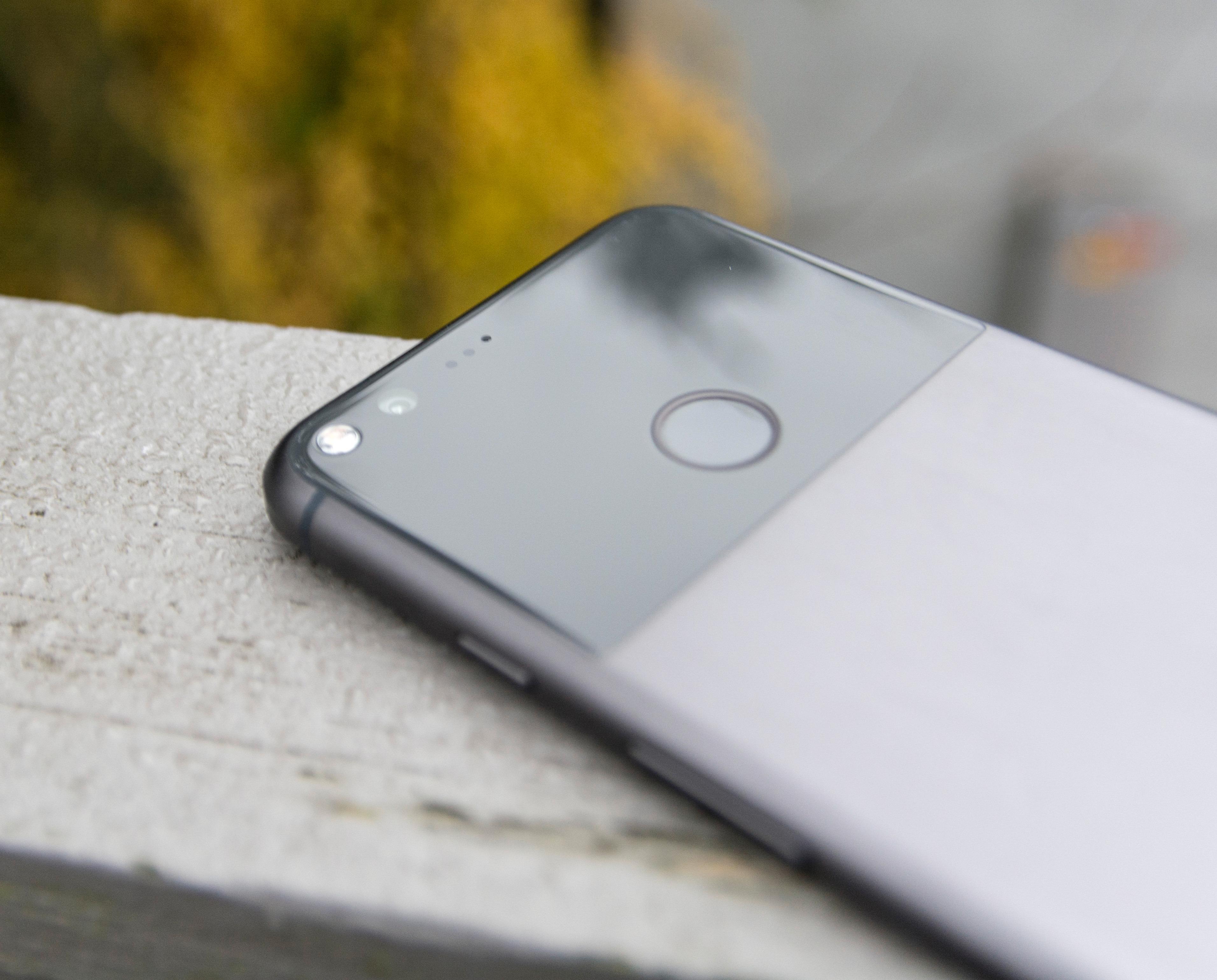 Glassplaten bak er en av mange fine detaljer som gir Pixel XL litt mer identitet enn mange andre telefoner.