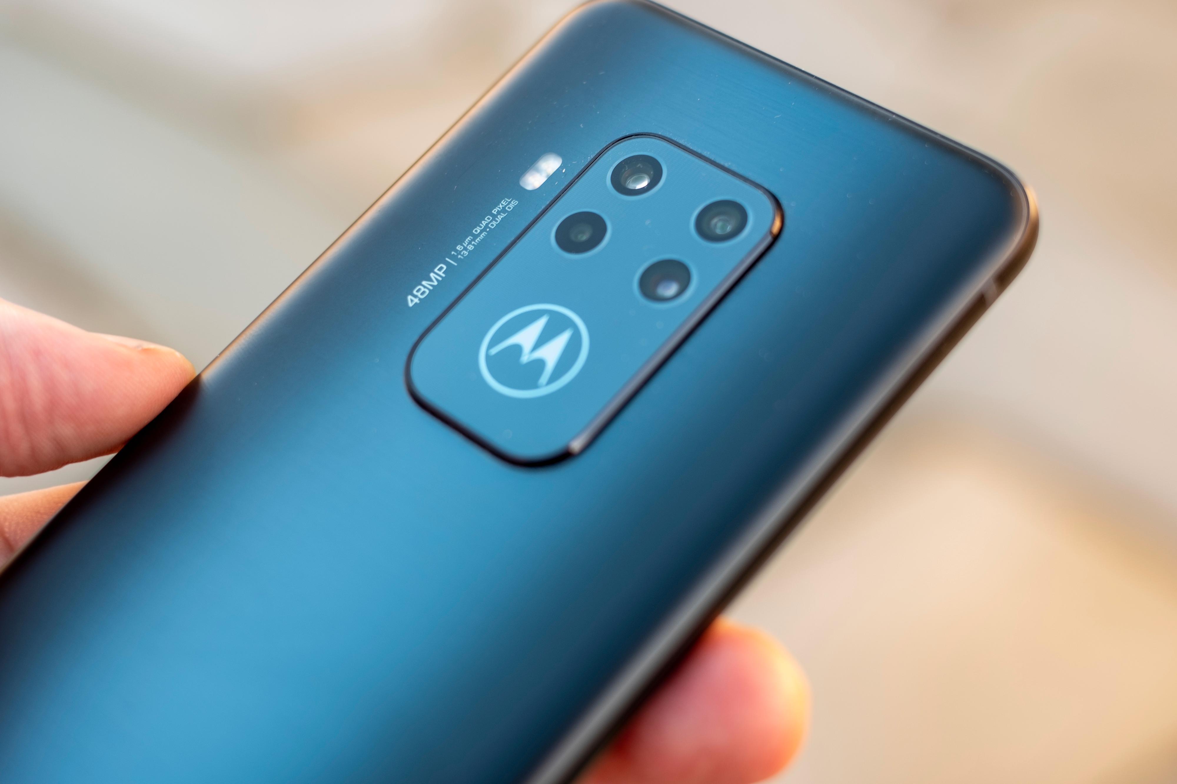 Den graderte gråfargen på baksiden av testeksemplaret gjør at det ser riktig så lekkert ut. Men det finnes versjoner av denne mobilen som er brune og lilla. Begge ser enda litt mer spesielle ut, hvis du liker det fargerikt. Foreløpig er det bare den grå som dukker opp i norske butikker, ifølge Motorola.
