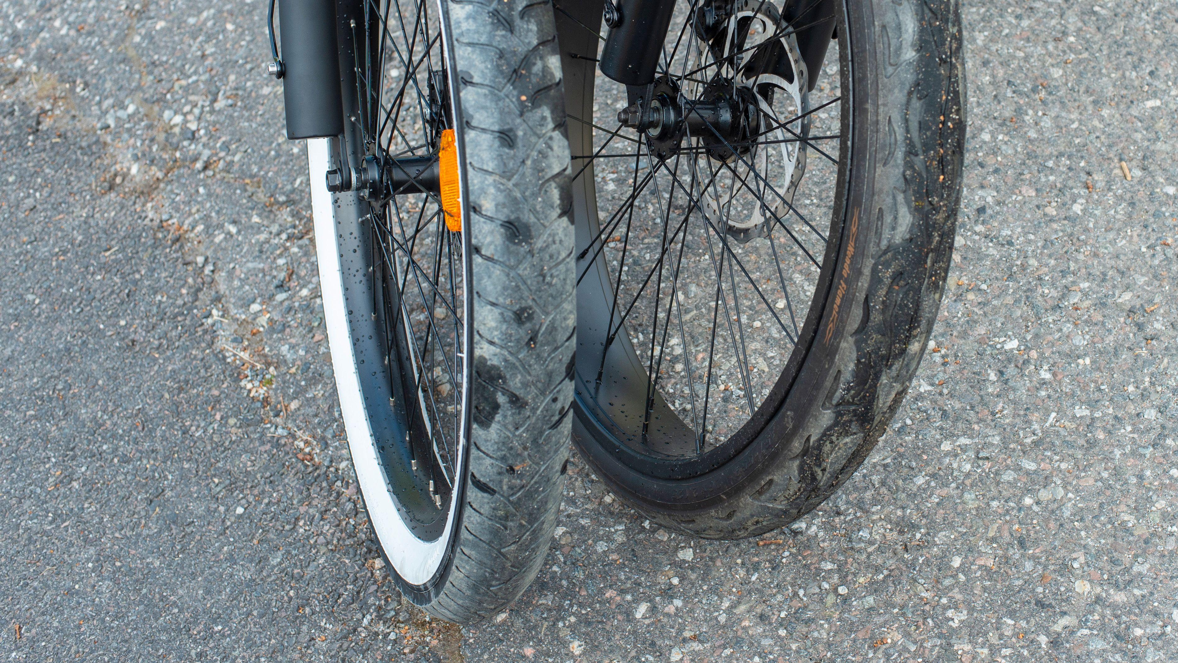 Dekkene på disse syklene er store, og det kommer godt med når resten av sykkelen ikke har noe demping.