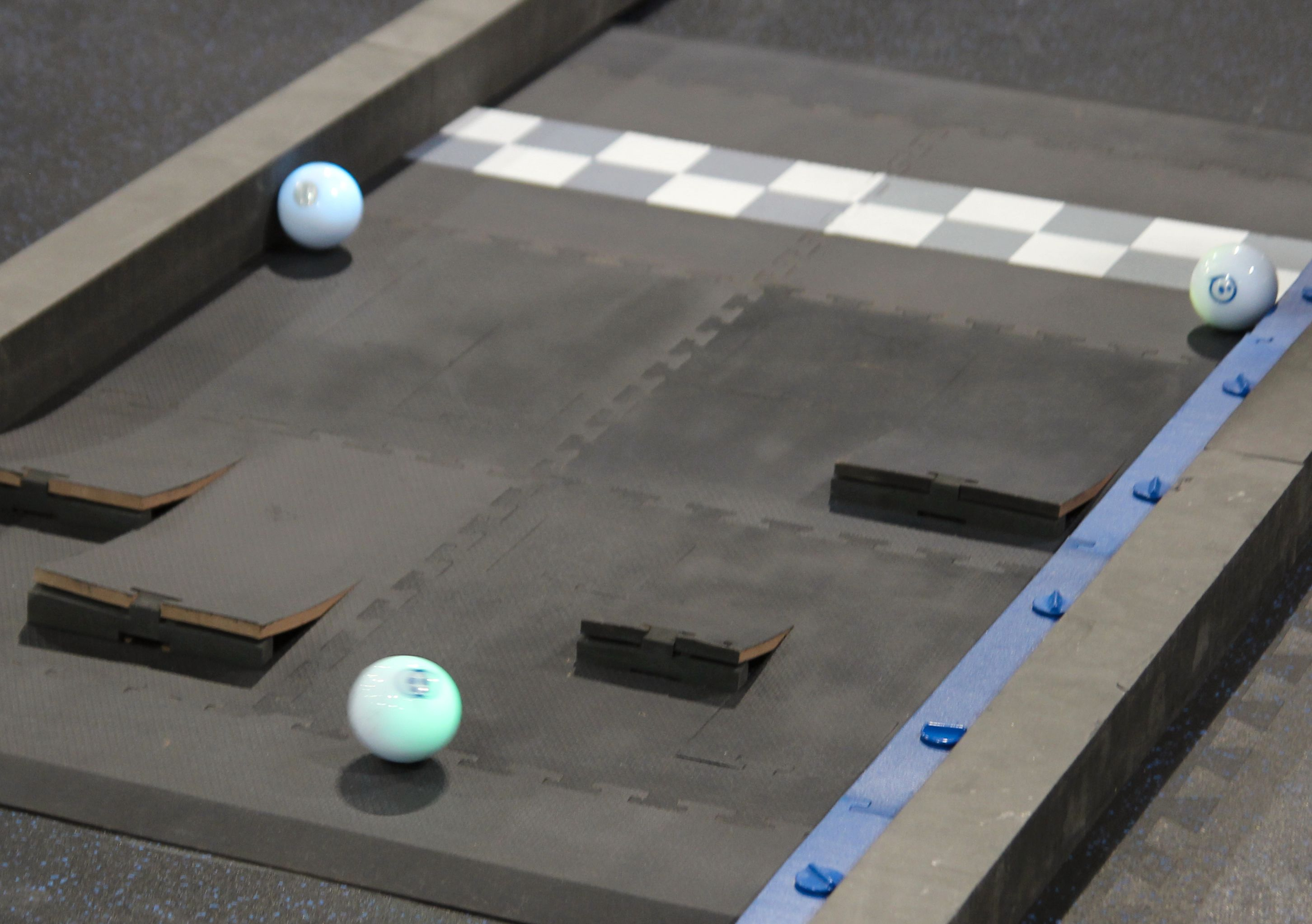 En av Sphero-ene har fått et greit forsprang på vei ut fra målområdet.