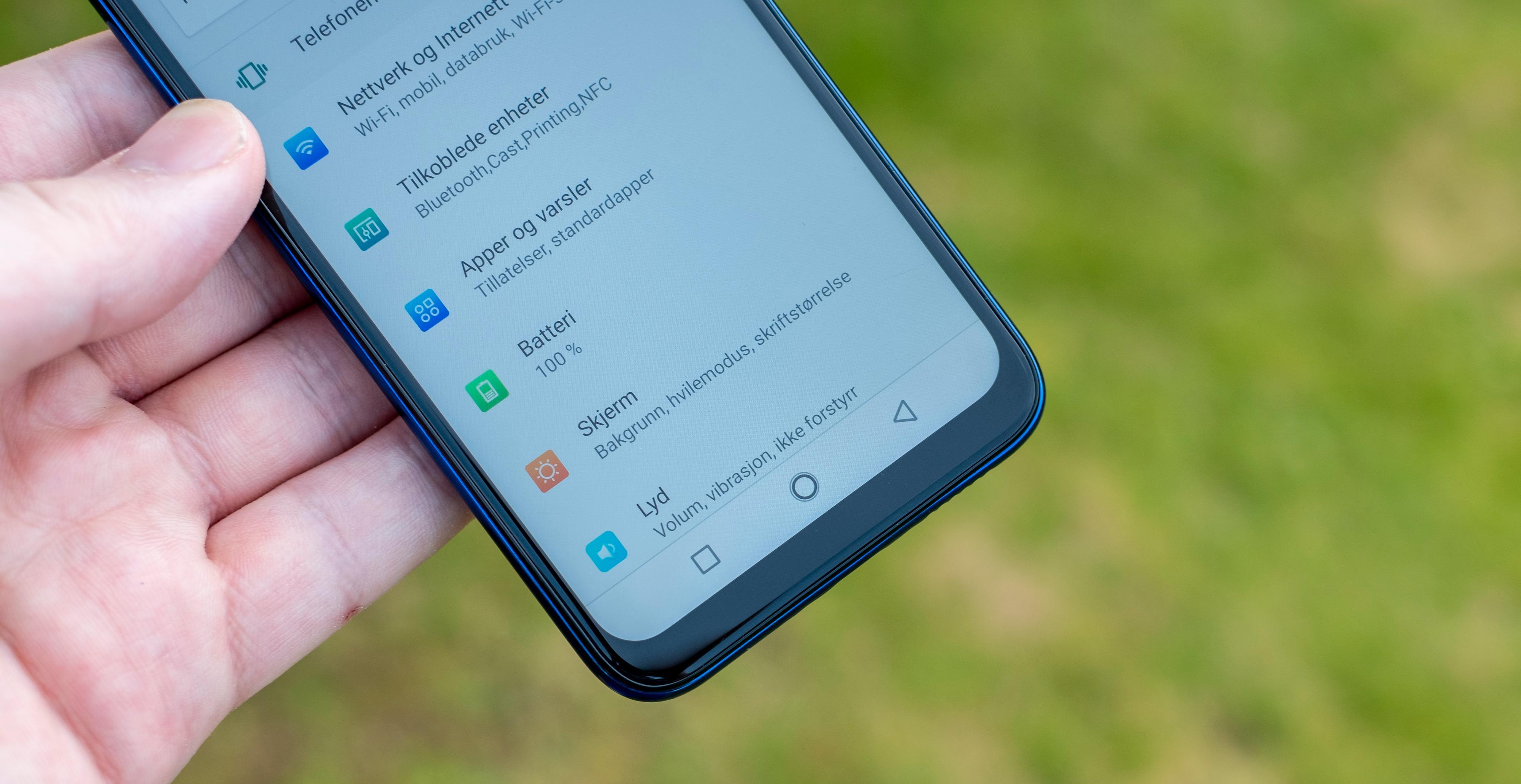 Det er ingen former for sveipestyring i denne telefonen. Det betyr at bunnen av skjermen tas opp av den vante knapperaden.