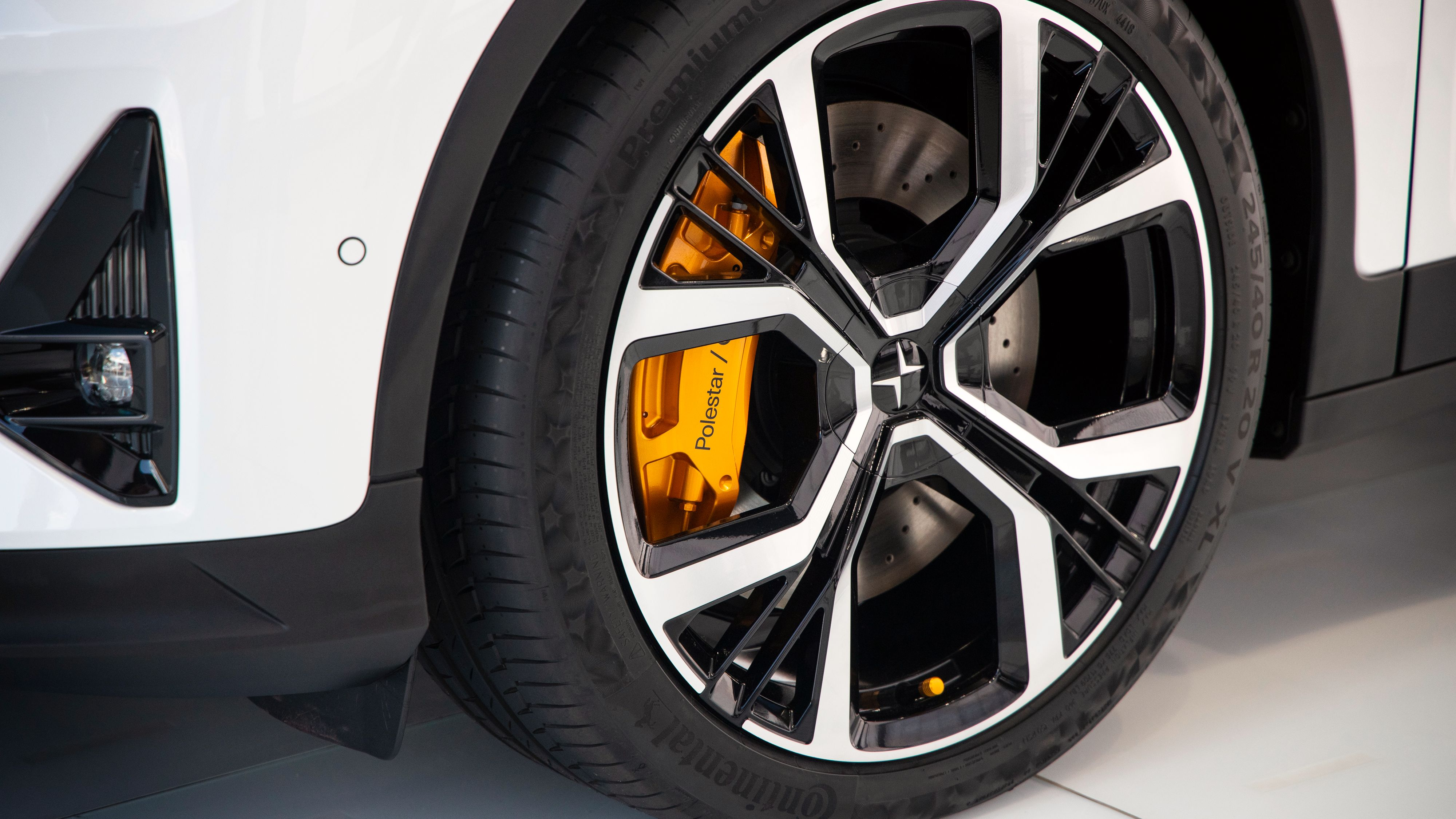De oransje bremsekaliperne skiller seg ut, spesielt på den hvite versjonen av bilen.