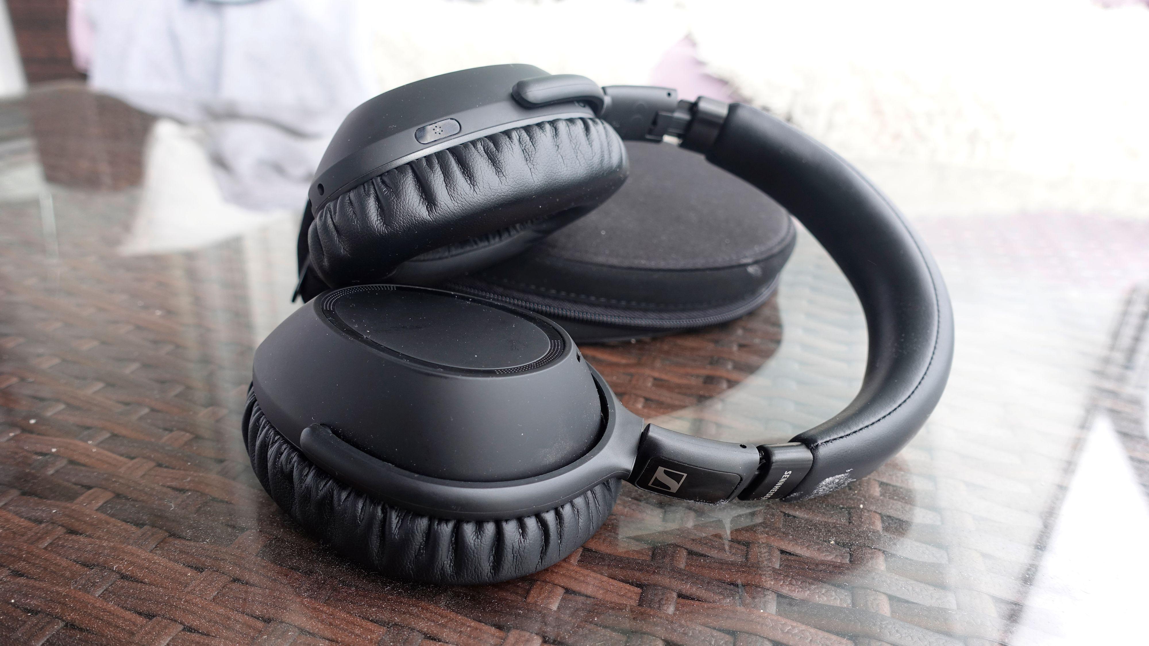 Sennheisers PXC 550-II har kanskje det mest generiske designet av noen hodetelefon fra de store merkene. Men muligens er det akkurat det mange er ute etter?