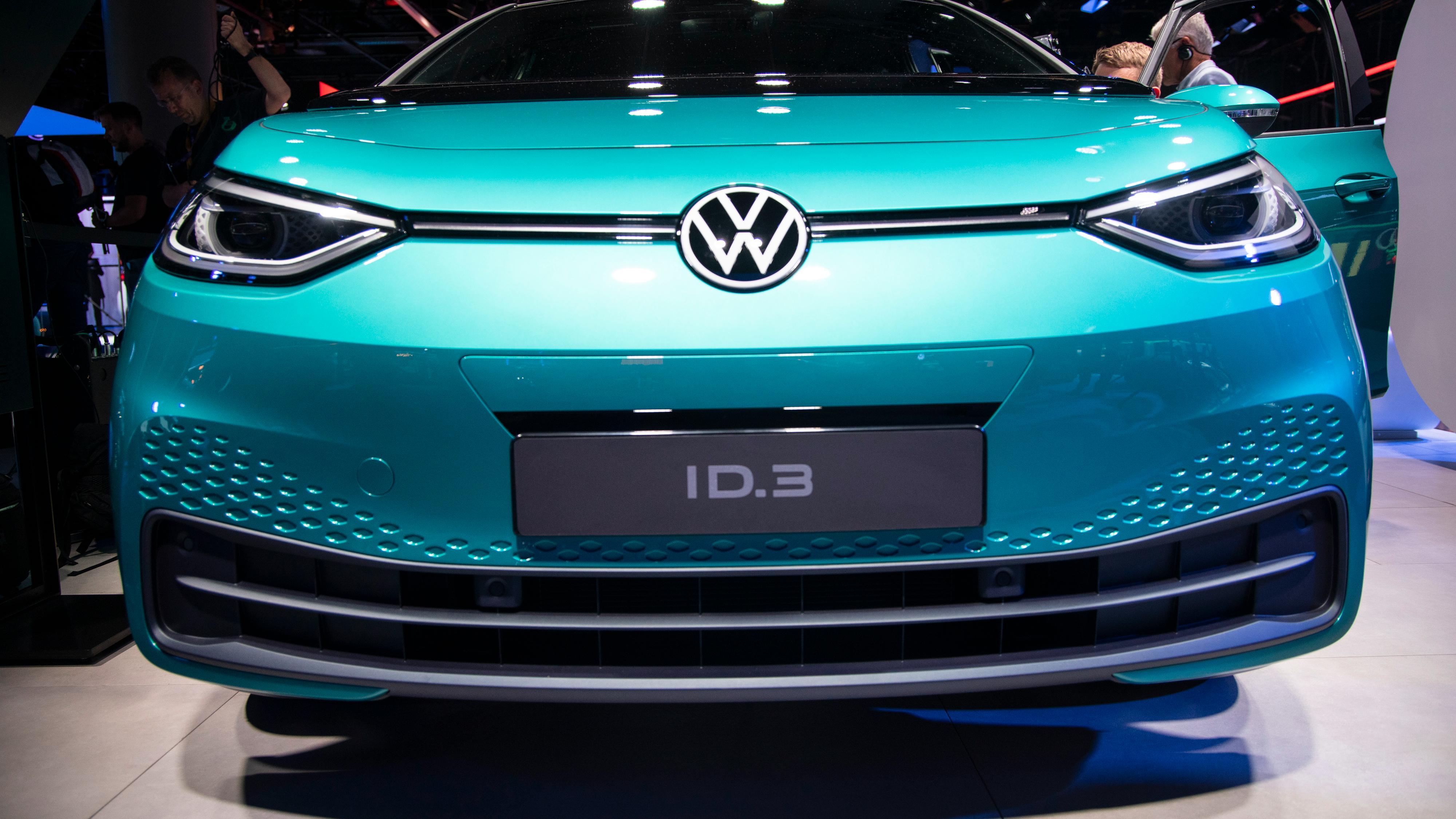 Volkswagen avduket mandag også sin nye merkeidentitet, som skal være mer leken og foroverlent enn før, og med «ny» logo. Alle elbilene vil få hvit logo fremover.