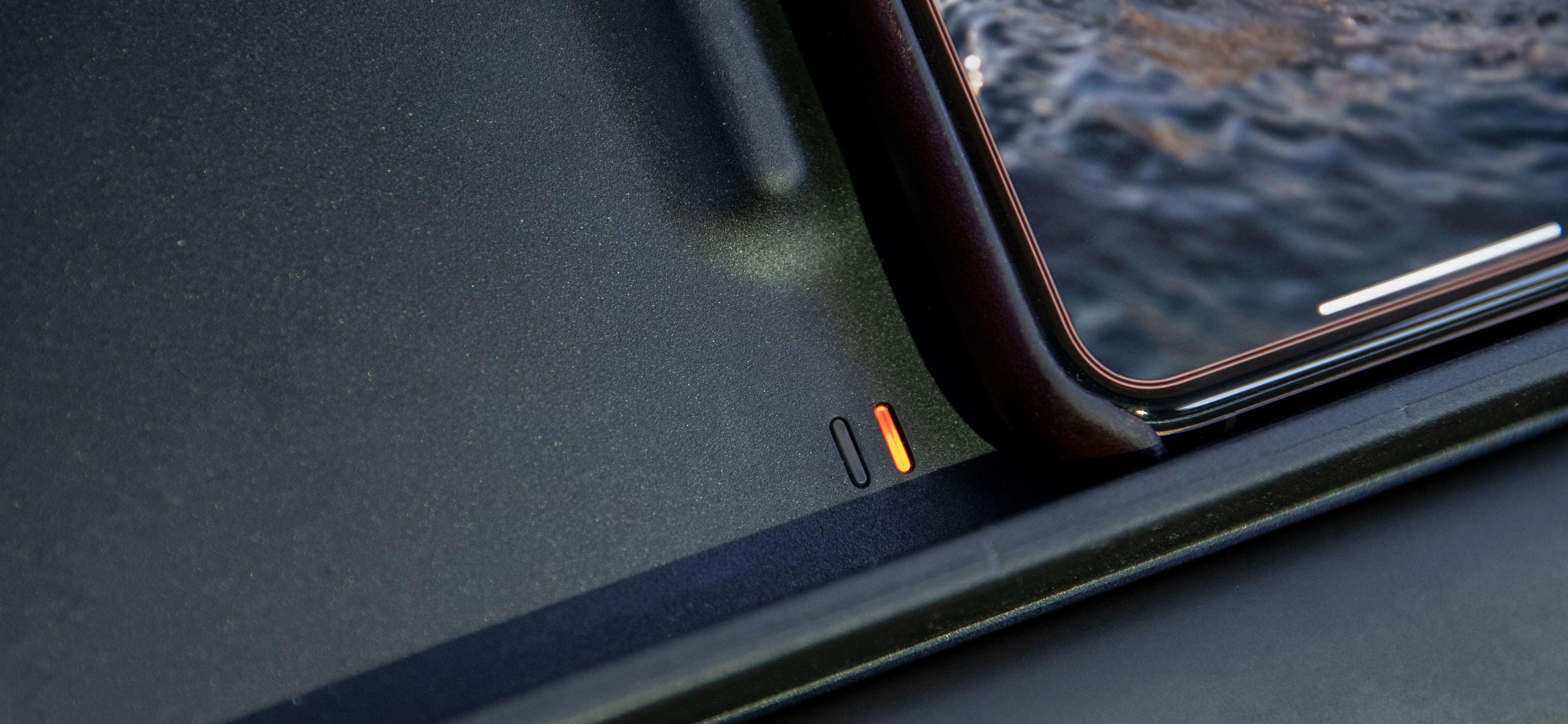 To lysindikatorer viser om mobilen lades eller ei.