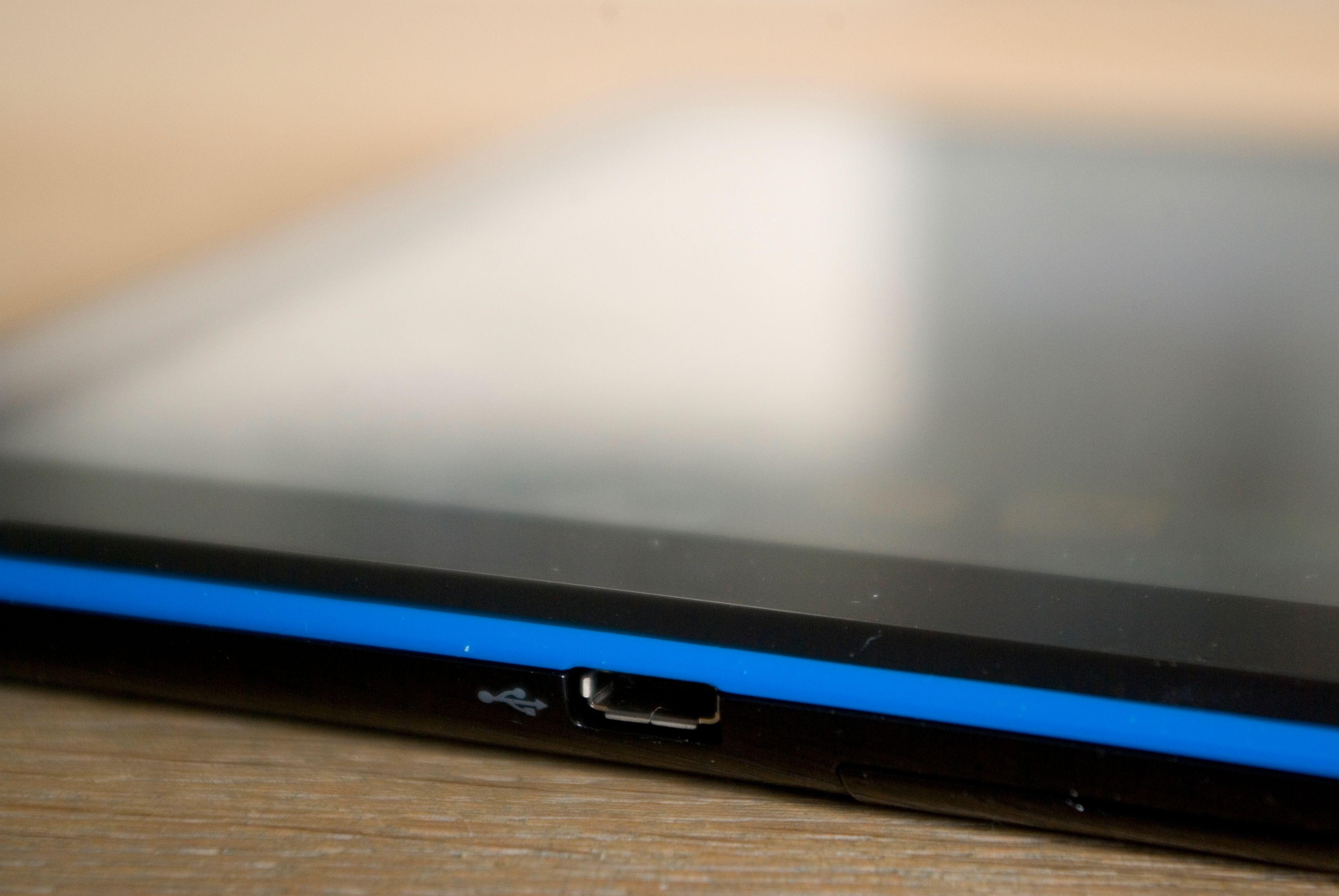 Micro-USB brukes for lading og dataoverføring.Foto: Einar Eriksen