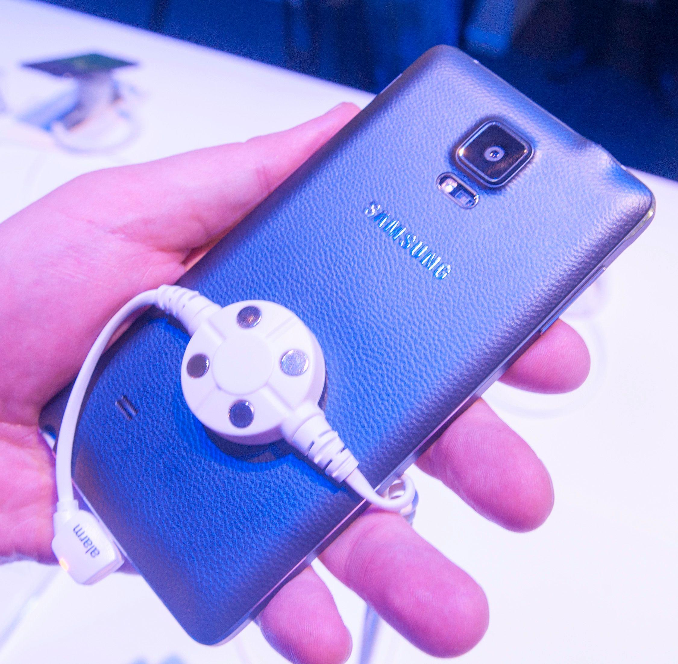 Slik ser den sorte Galaxy Note 4-modellen ut på baksiden. Fingeravtrykksensoren kan brukes som utløserknapp for frontkameraet.Foto: Finn Jarle Kvalheim, Amobil.no
