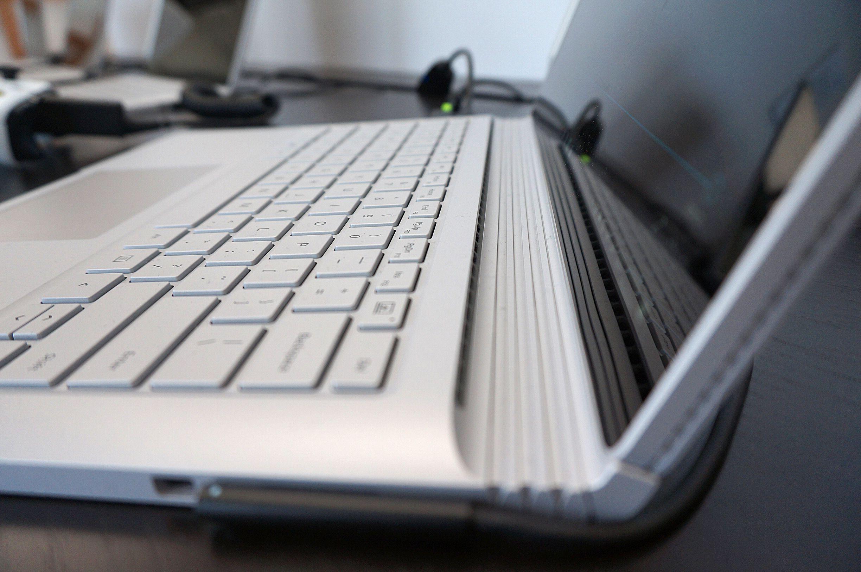 Book har lufteriller langs skjermen for å holde seg kjølig. Performance-modellen har også senket tastaturet bittelitt for å unngå at det dunker borti skjermpanelet.