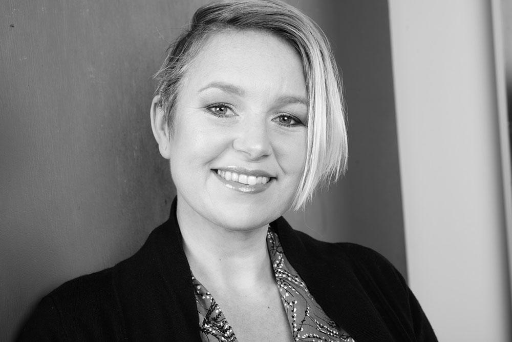 Rebecca Tiger är utbildad Vaginal Steam Faciliator och är den som återintroducerat den gamla tradition i Sverige och gett den det lite modernare namnet snippsauna.