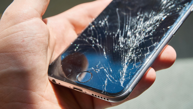 Slik så vår kollegas iPhone 6 ut etter et særdeles ublidt møte med et parkettgulv.