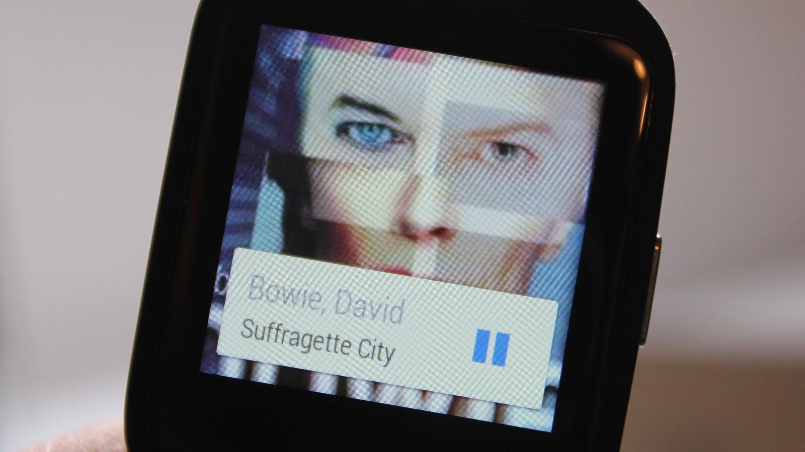 Musikkspilleren på telefonen kan styres med klokken. Da vises albumgrafikken på håndleddet ditt. Dn vises ikke når du spiller direkte fra klokka til Bluetooth-høyttaler eller -hodesett.Foto: Espen Irwing Swang, Tek.no