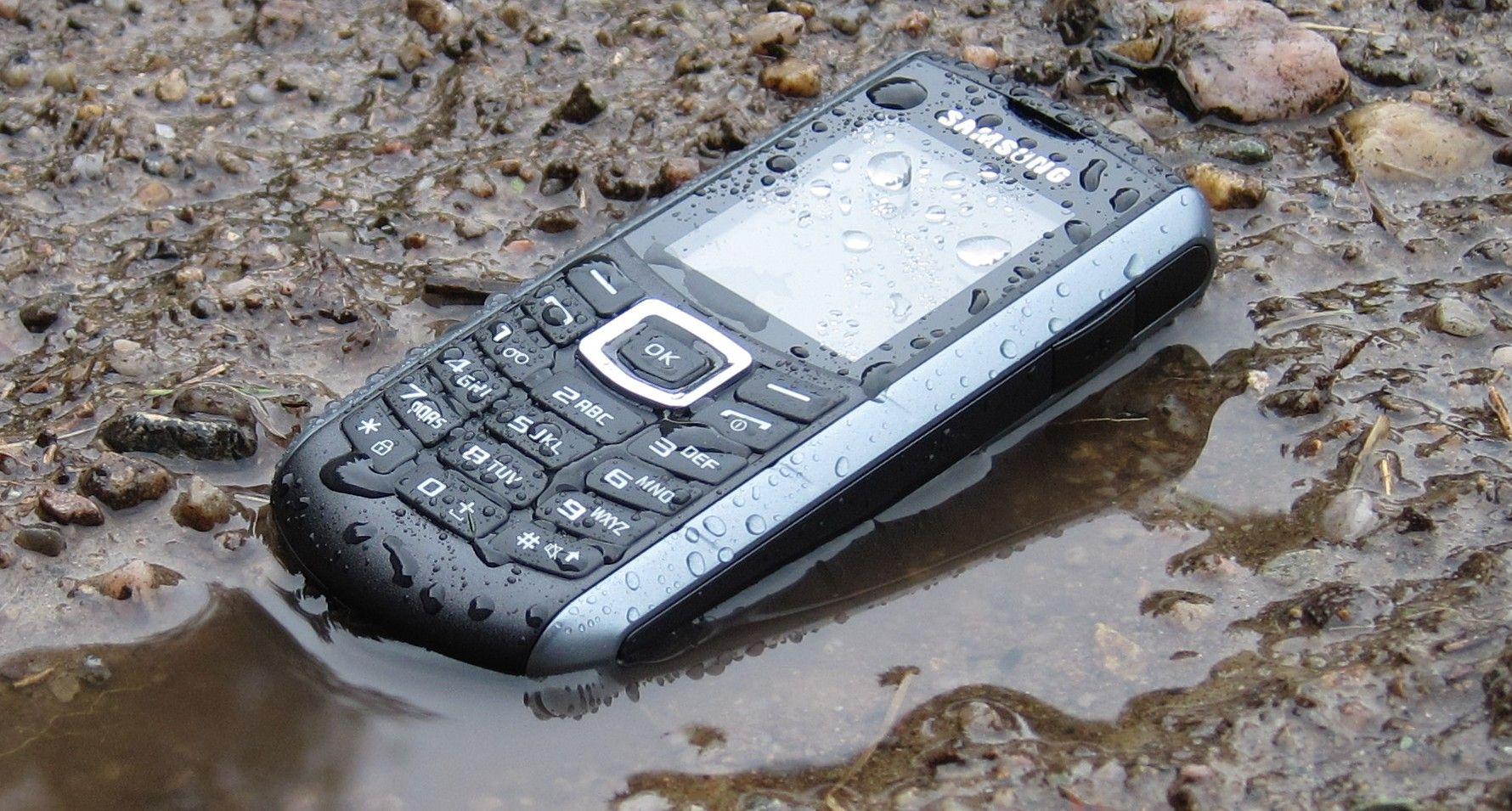 Denne telefonen trives i gjørma.