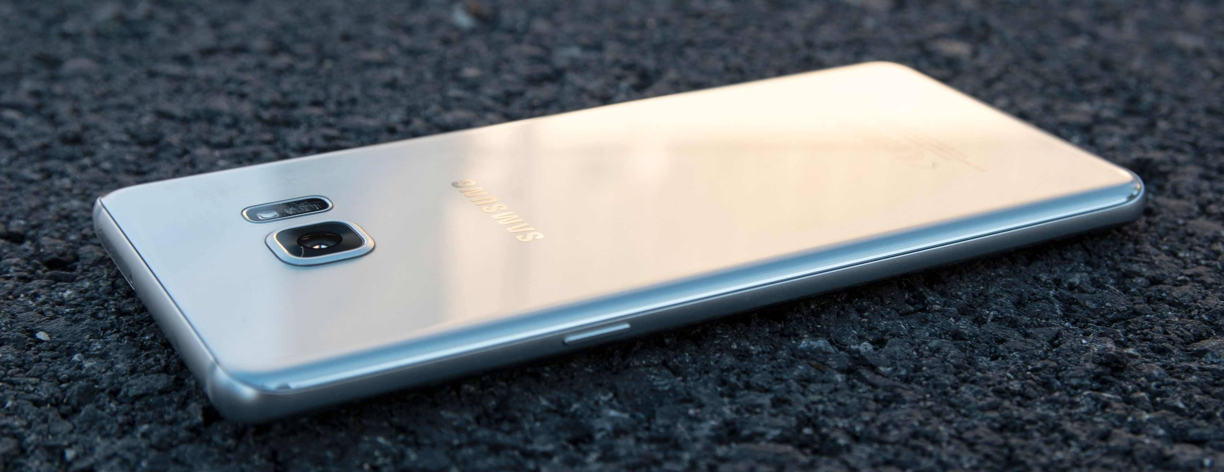 Galaxy Note 7 kommer i en ekstremt blank sølvvariant, som er den vi har brukt mest under testen. Den er kjempeflink til å samle fingeravtrykk, men heldigvis er den enkel å pusse ren igjen med et hurtig sveip over jakken eller buksen.