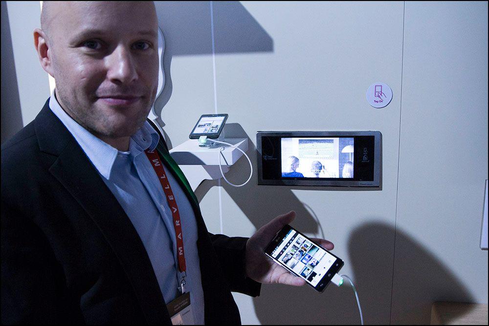 Christian Nilsson fra LG viser hvordan vi kunne sende bildet fra mobilen til kjøleskapsskjermen.Foto: Niklas Plikk, hardware.no