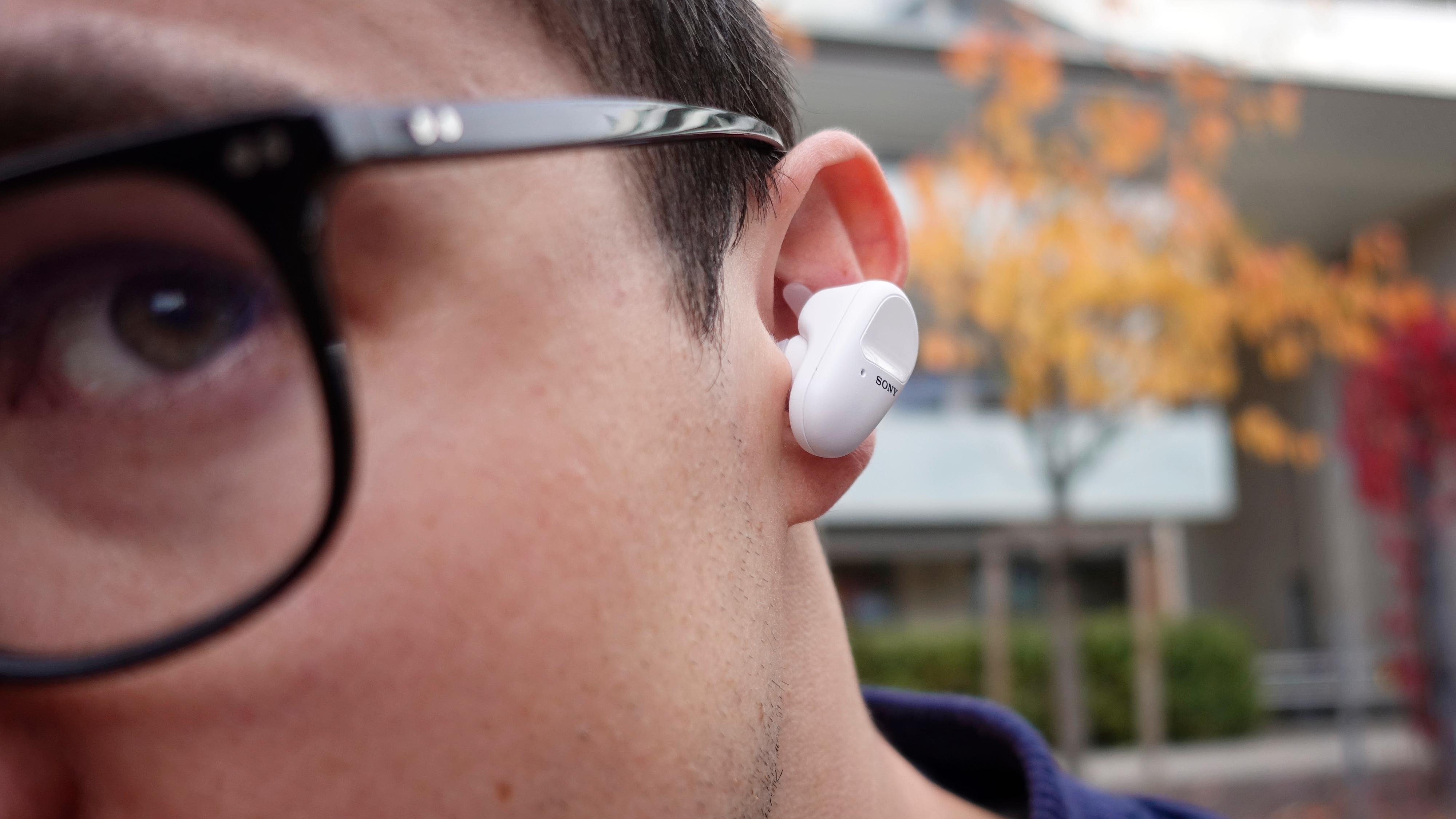 Ikke de minste øreproppene på markedet, men vingene gjør likevel at de henger godt fast.