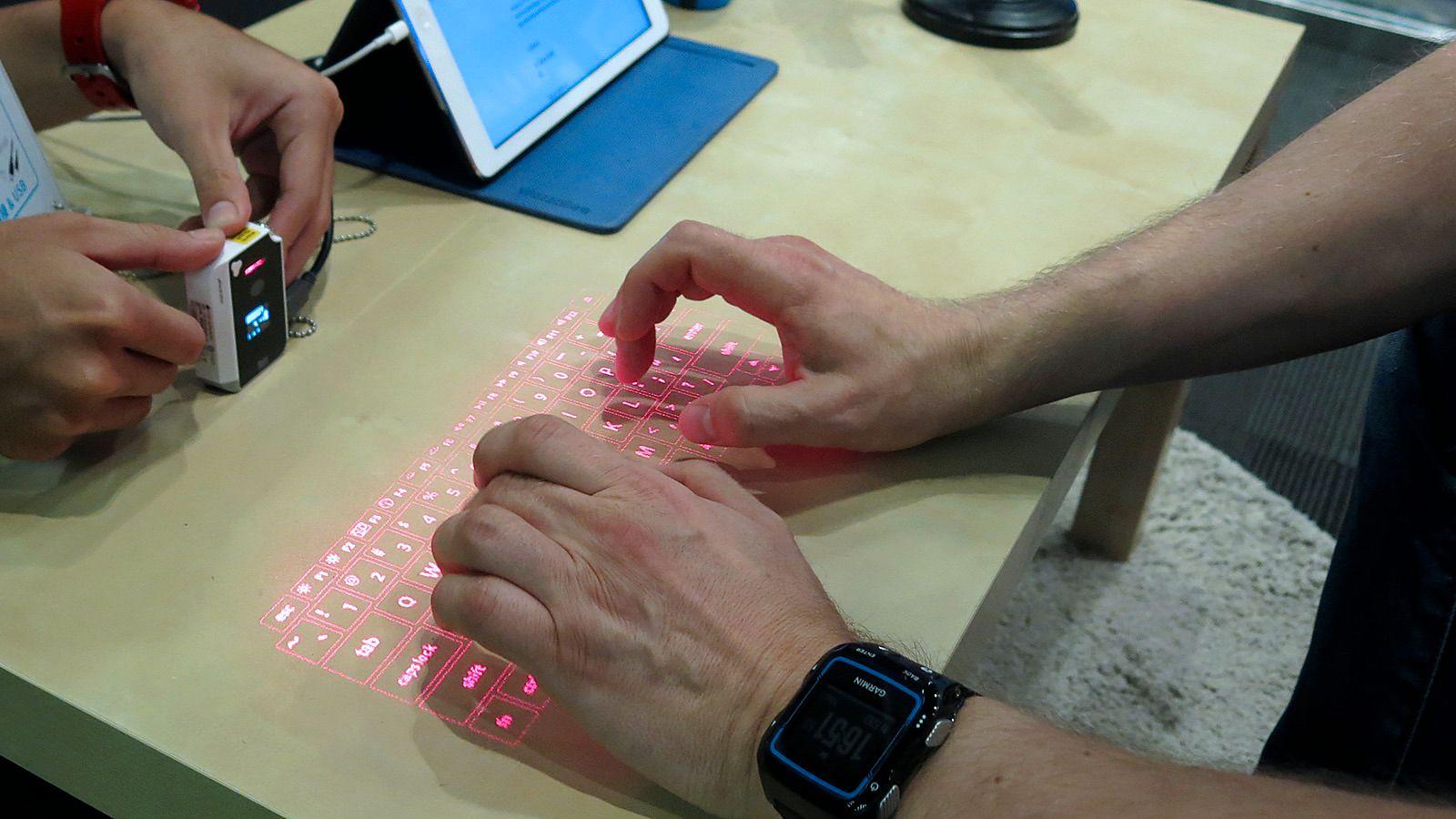Du kan skrive ganske kjapt på lasertastaturet. Foto: Vegar Jansen, Tek.no