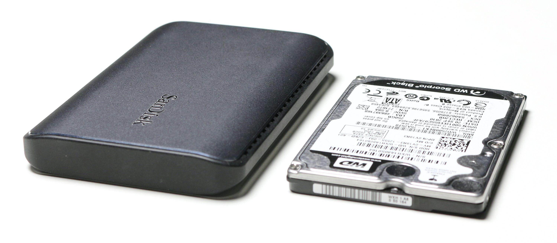 SanDisk Extreme 900 ved siden av en «gammeldags» 2,5-tommers harddisk.