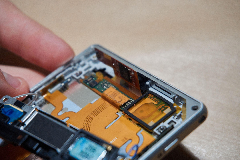Her tres de nye skjermtilkoblingene gjennom hullet, og skal snart kobles til de gamle kontaktene.