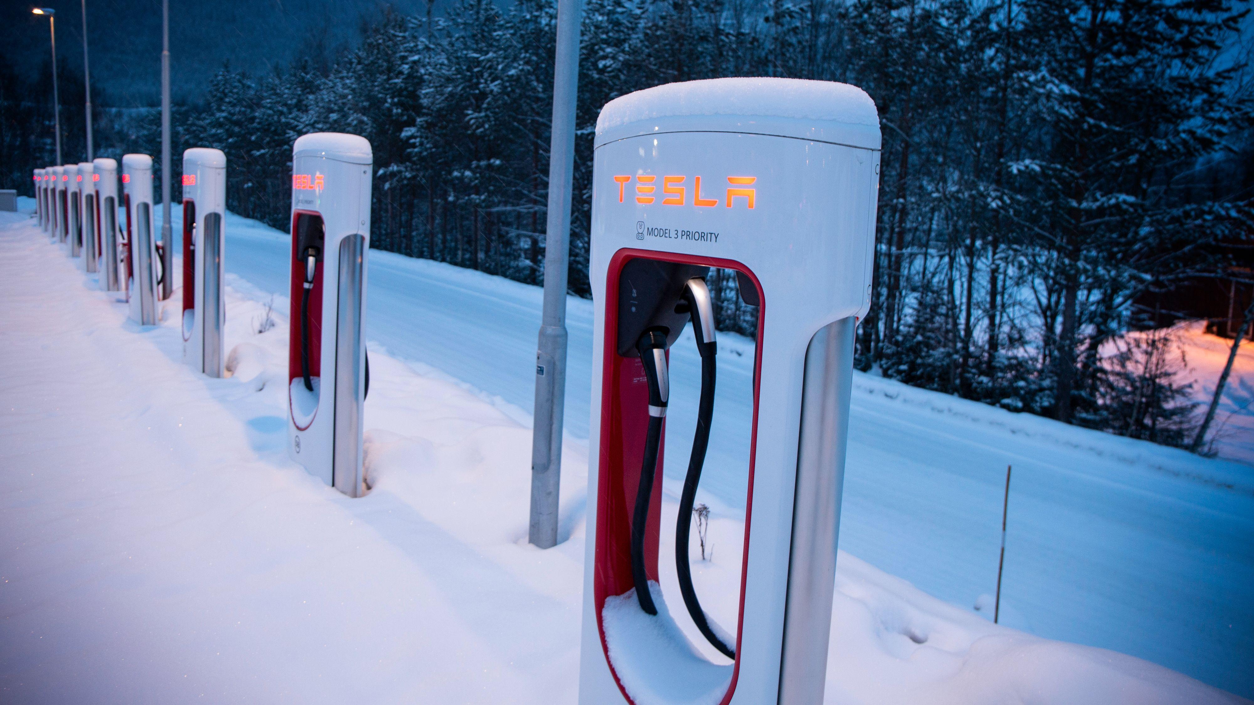 Tesla varsler at de skal åpne en ny Supercharger-stasjon i Oslo sentrum, sammen med tre andre på sentrale steder i hovedstaden. Her fra stasjonen på Hafjell.