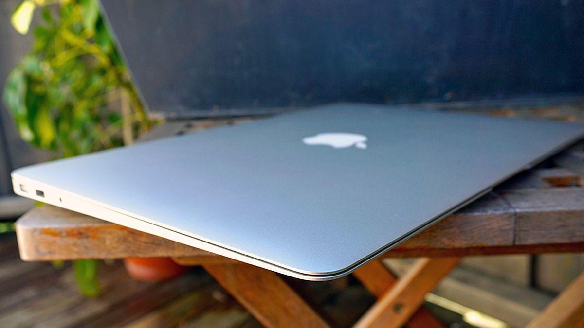 MacBook Air har sett ut som dette i mange år. Nå er trolig tiden inne for redesign. Bilde: Torstein Norum Bugge, Tek.no
