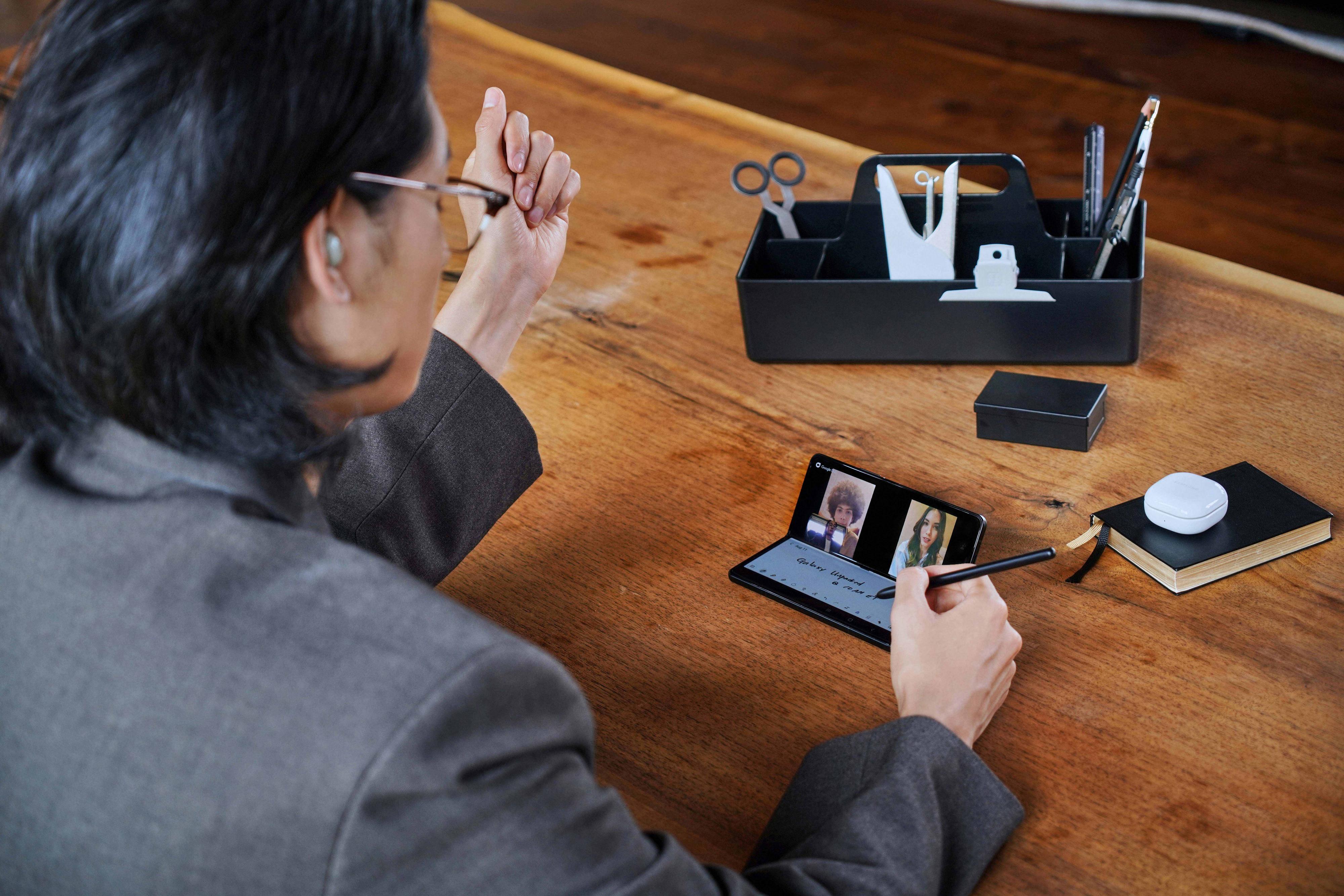 I flere av brettemobilene sine har Samsung lagt vekt på nye måter å bruke telefonene på - gjerne som halvt utbrettet og sine egne stativ på bordet foran eieren.
