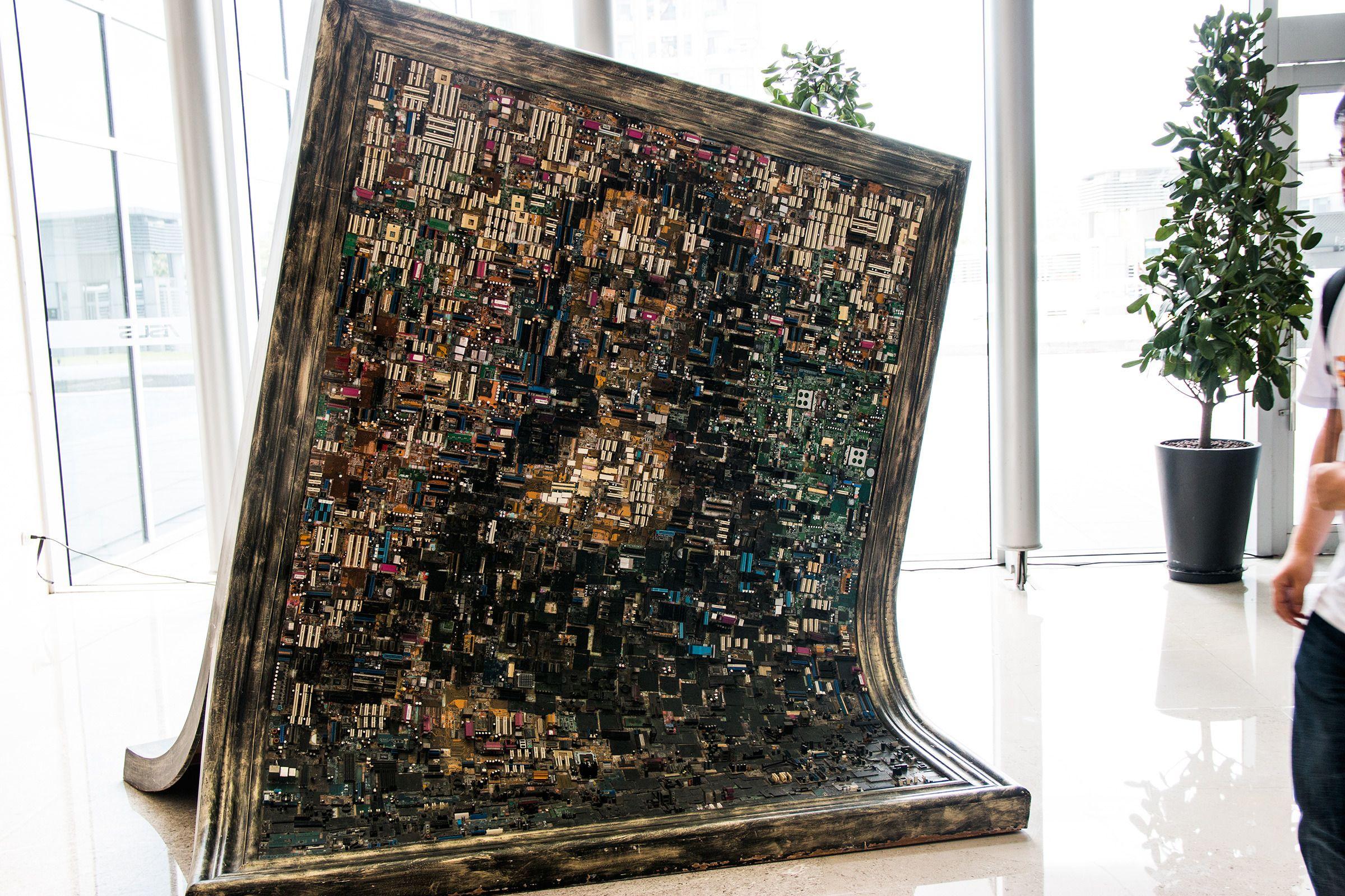 I lobbyen står en replika av Mona Lisa – laget av hovedkort-porter.Foto: Varg Aamo, Hardware.no