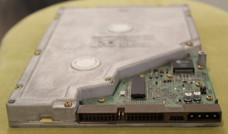 PATA- og Molex-kontakt.Foto: Vegar Jansen, Hardware.no