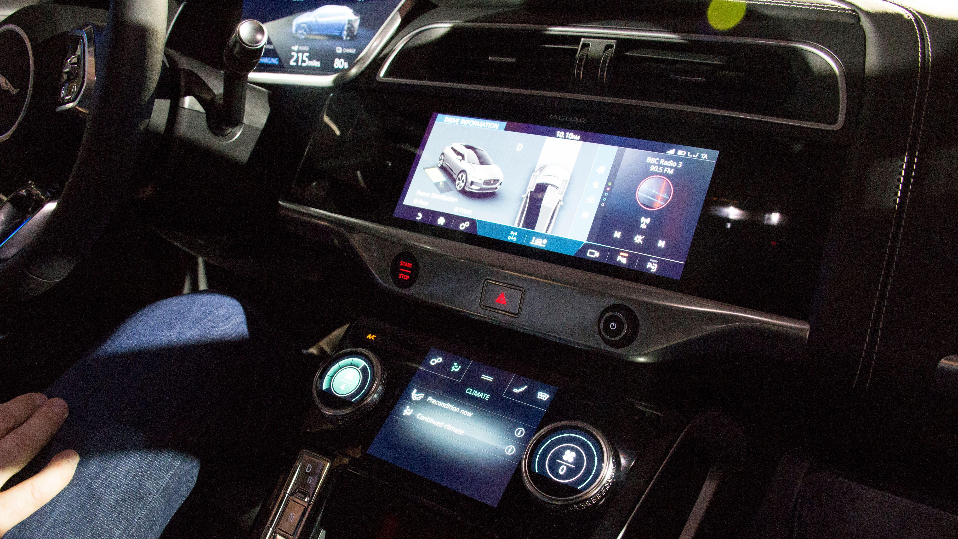 Bilen har to infotainmentskjermer i midtkonsollen, en på 12 tommer og en mindre. Dessuten sitter det en stor skjerm i panelet foran føreren, og heads-up display er mulig å få som tilvalg.
