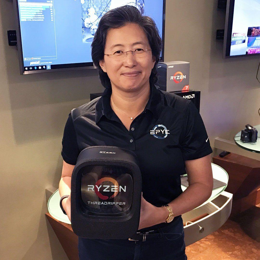 AMDs toppsjef Lisa Su med Ryzen Threadripper i retailforpakningen.