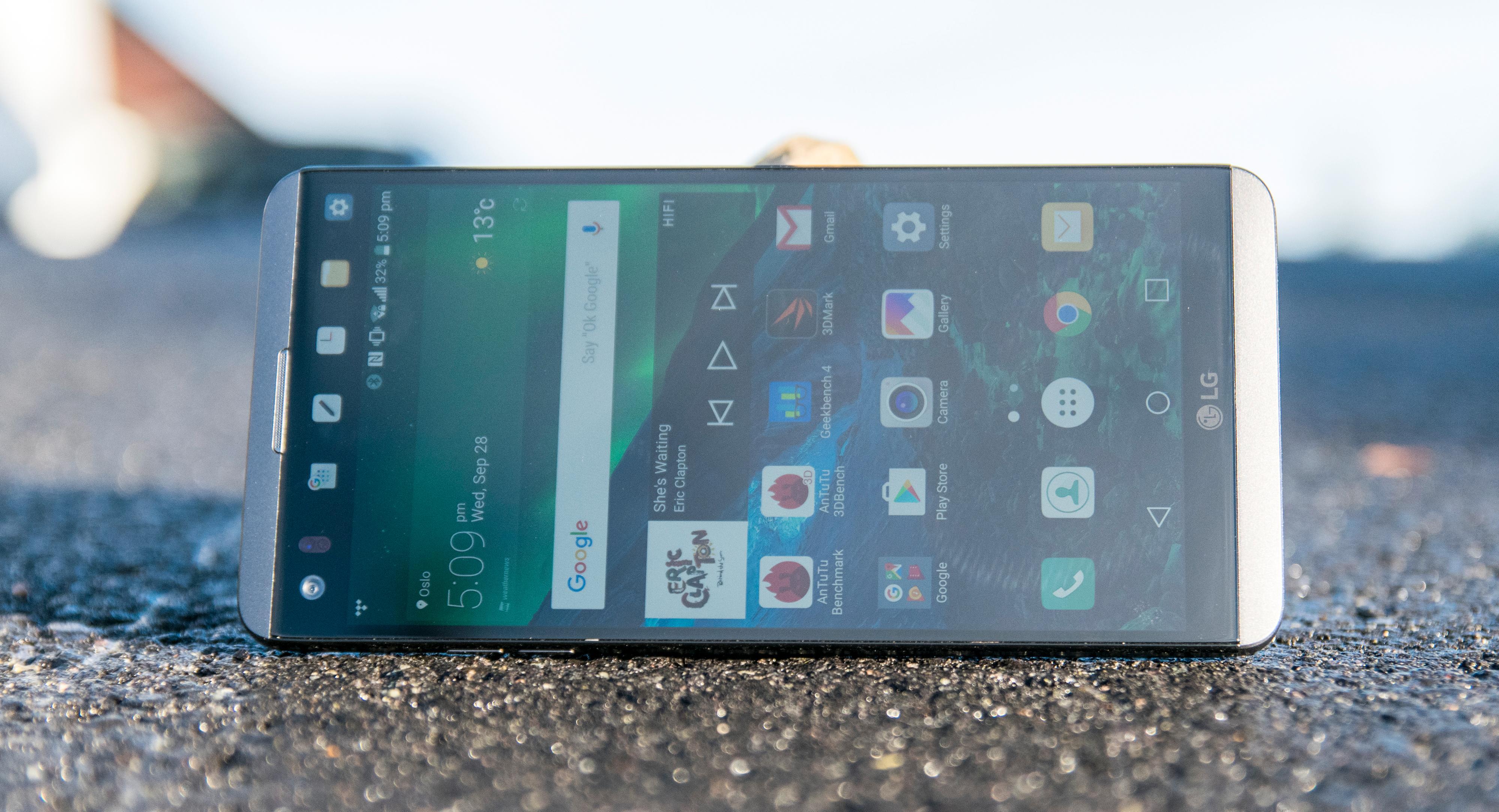 En flott IPS-skjerm med svært høy oppløsning pryder forsiden av telefonen. Størrelsen er på 5,7 tommer.