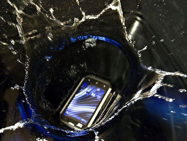PLASK: Noen av telefonene fikk prøve seg en halvtime under vann.Foto: Roger Neumann, VG