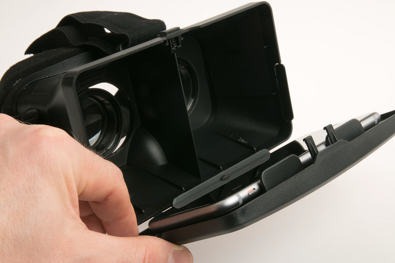 Mobiltelefonen plasseres i en klemme på innsiden.