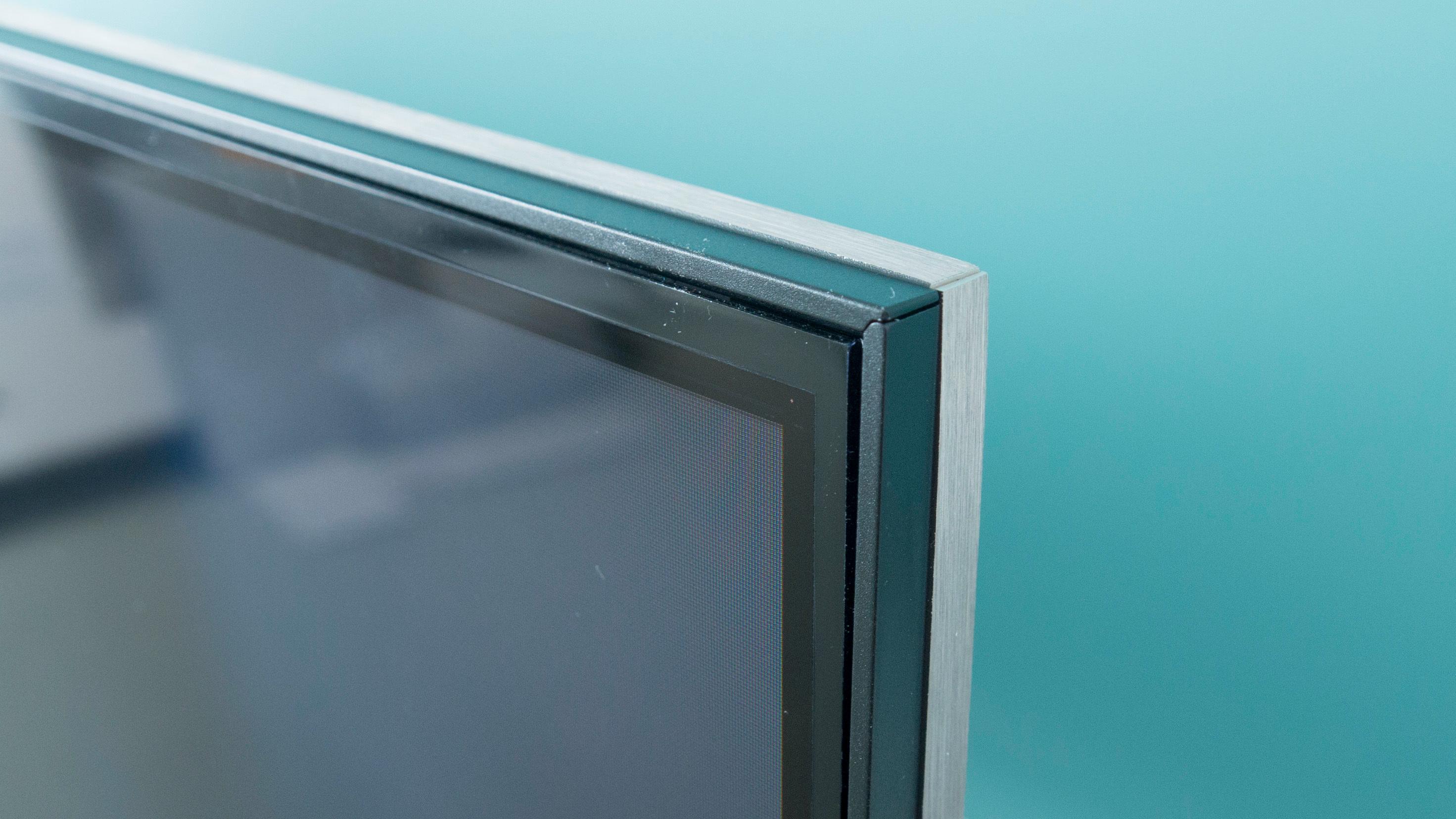 Rammen til den nye skjermen er delt i to, der fremre del er sort, mens den bakre er i børstet aluminium. Selve panelet er ganske raskt, altså kan du bruke TV-en som spill-skjerm om du ikke er blant de aller mest ihuga brukerne.