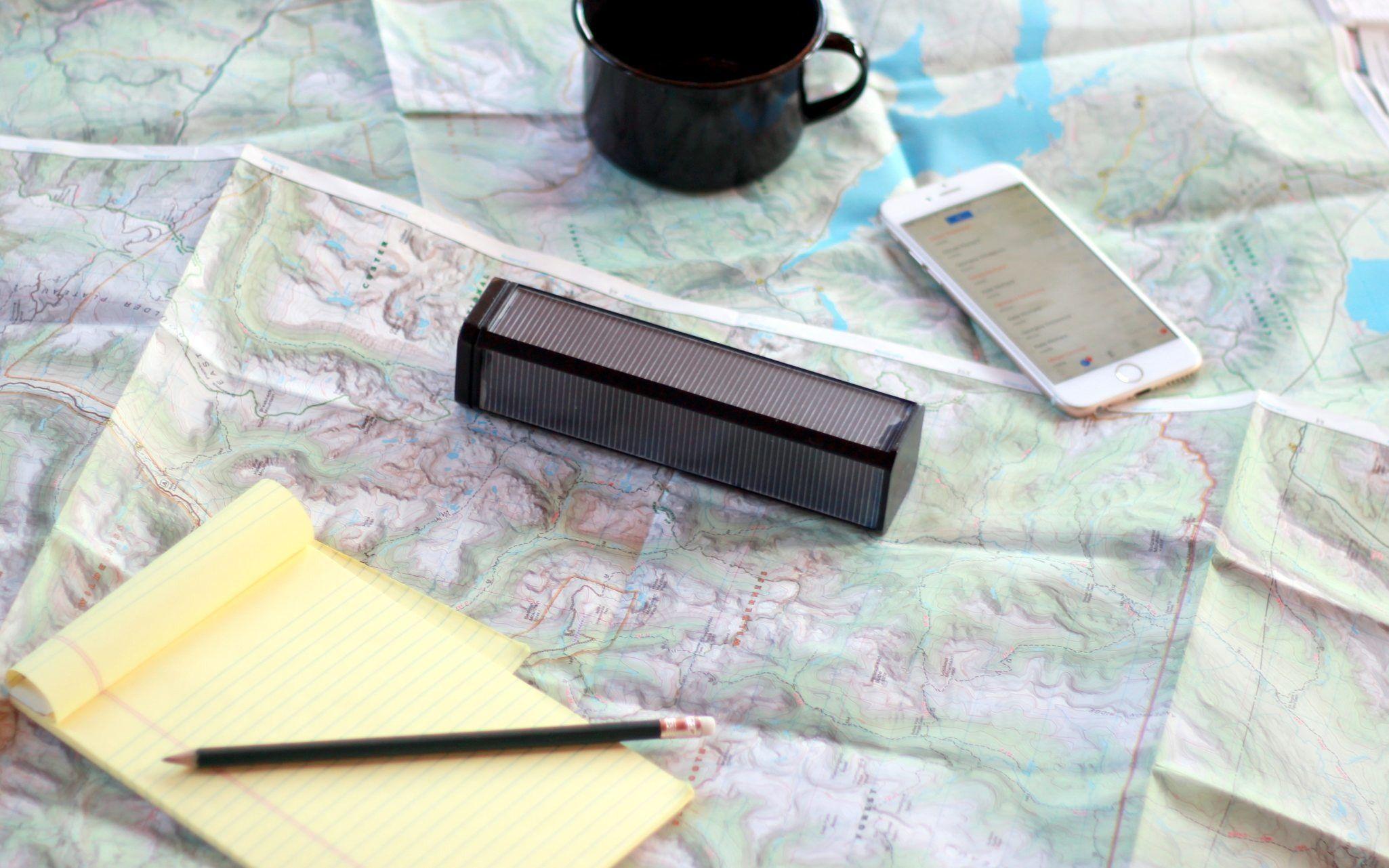 Slik ser Lantern ut. Boksen har innebygget satellittmottaker, WiFi-sender og mellomlagring. Den har solceller for lading på tur. Foto: Outernet