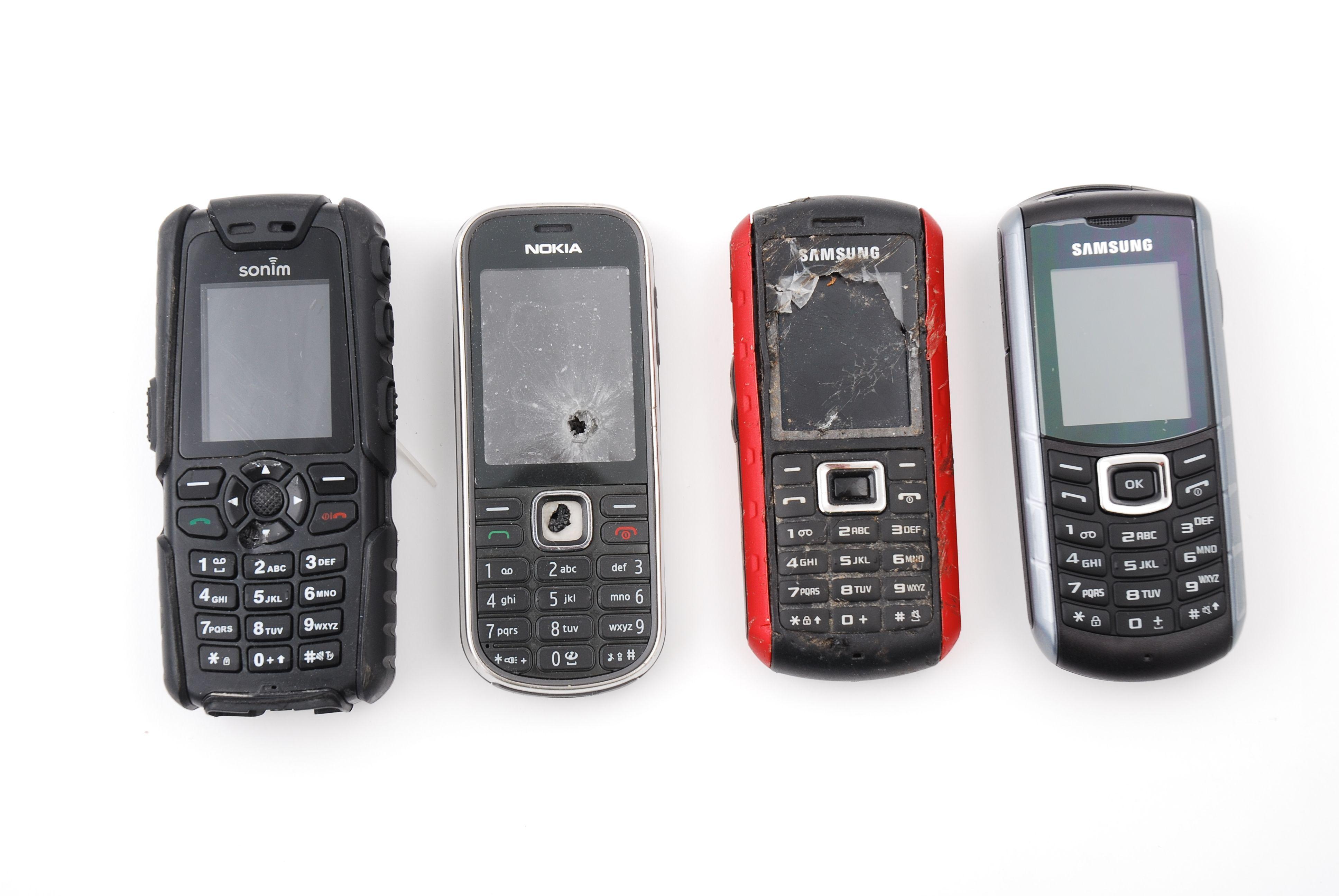 E2370 til høyre på bildet er på størrelse med andre robuste telefoner.