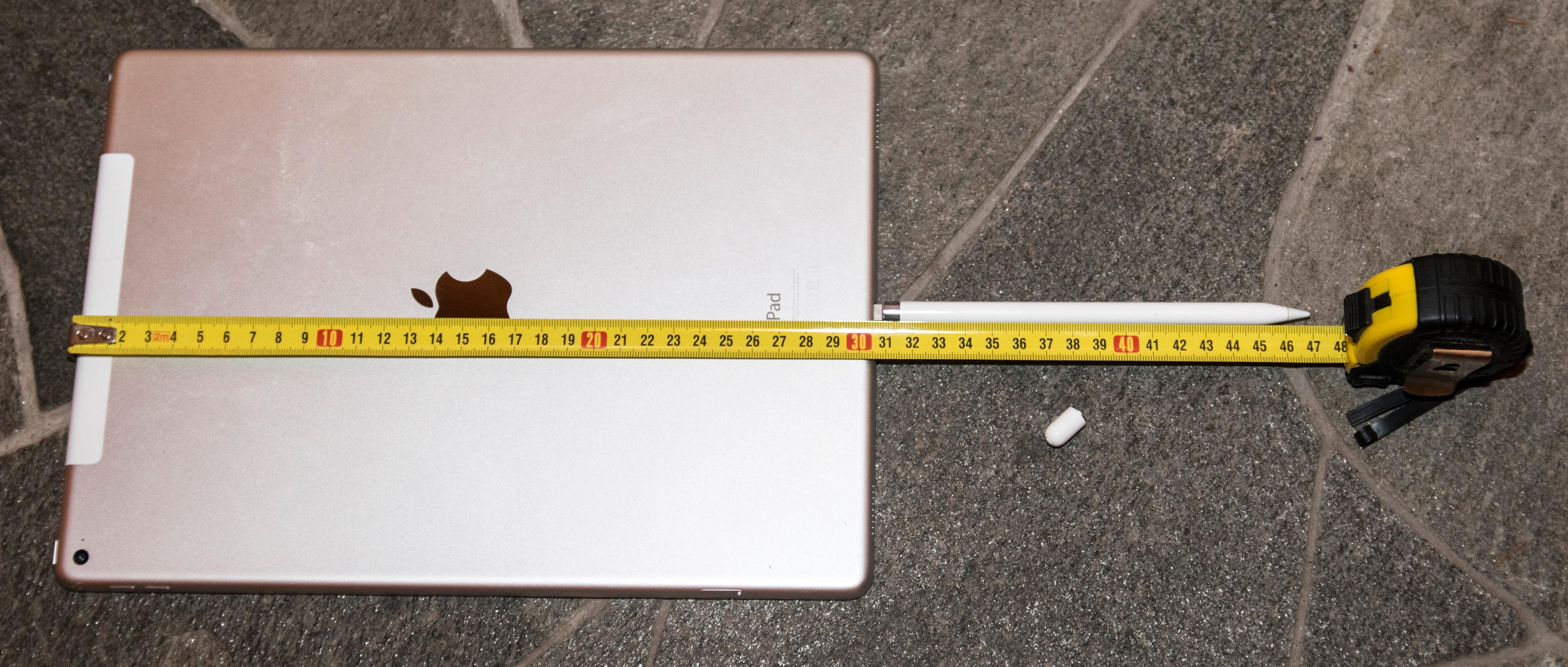 iPad Pro og Apple Pencil. Til sammen utgjør de 47 centimeter nettbrett og brekkstang. Lurer du på hva den lille, hvite prikken er? Det er hetten over ladeporten på Pencil, og den kommer du til å miste. Foto: Finn Jarle Kvalheim, Tek.no