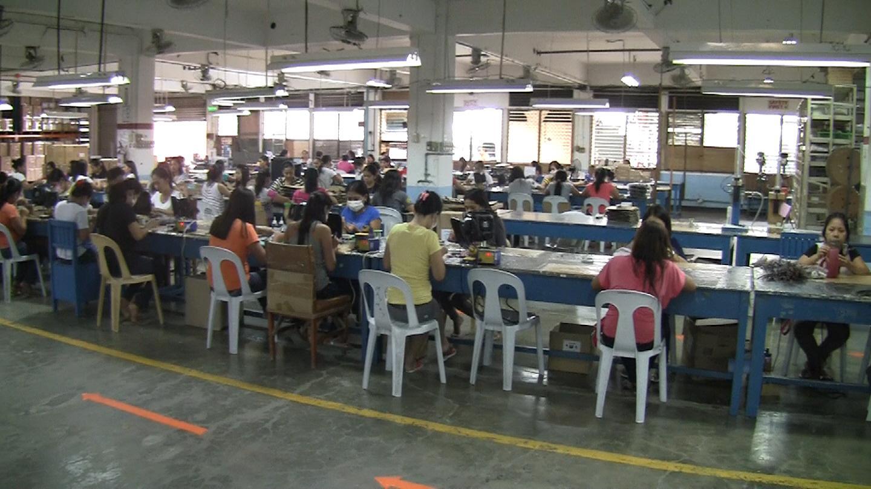 Filippinene er kjent for billig arbeidskraft. Disse tjener etter forholdene godt som fabrikkarbeidere hos Supertooth.Foto: Espen Irwing Swang, Amobil.no