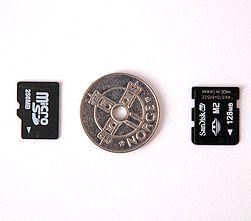 Minnekortene MicroSD (til venstre) og Memorystick Micro er knøttsmå.
