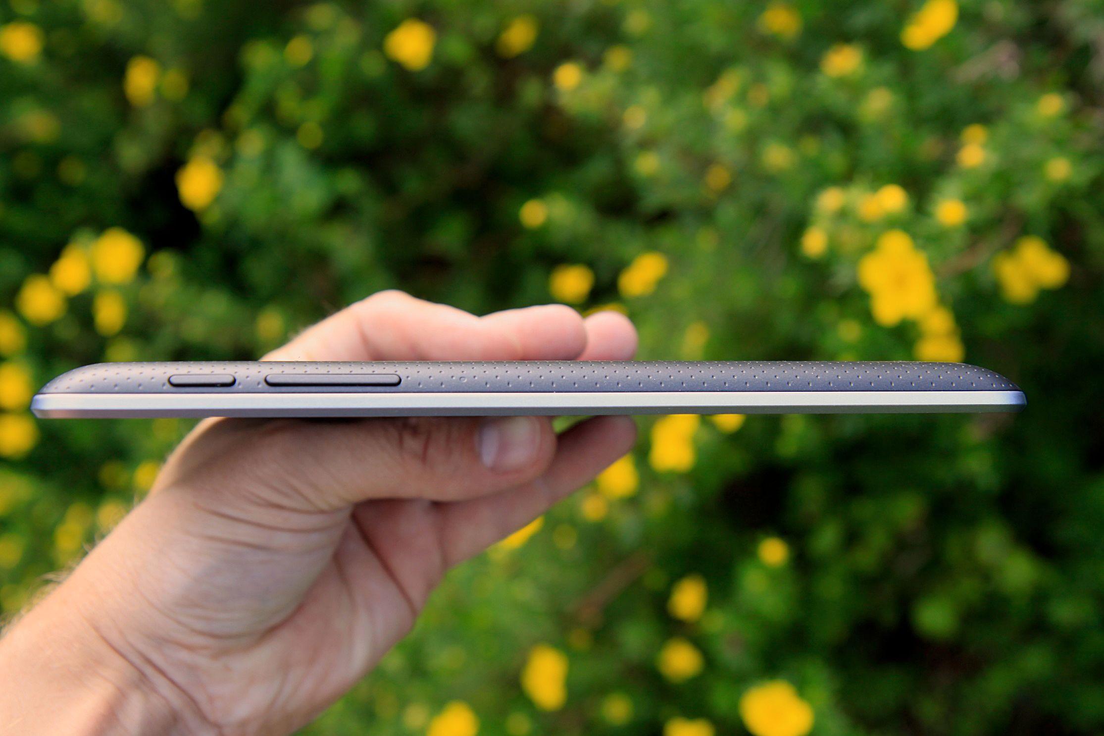 Google Nexus 7 er med sine 10,5 millimeter tykkere enn 10-tommers nettbrett som iPad og Samsung Galaxy Tab 2 10.1.Foto: Kurt Lekanger, Amobil.no