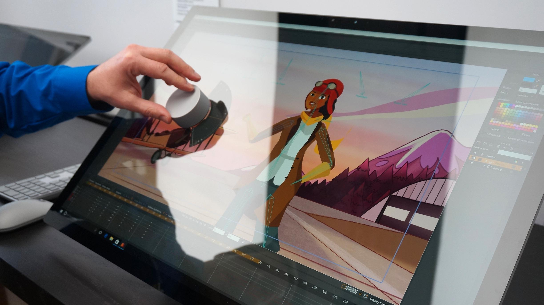 Surface Dial-hjulet lar deg skifte farger, penselstørrelse, verktøy eller annet. Legg merke til den særdeles blanke skjermen.