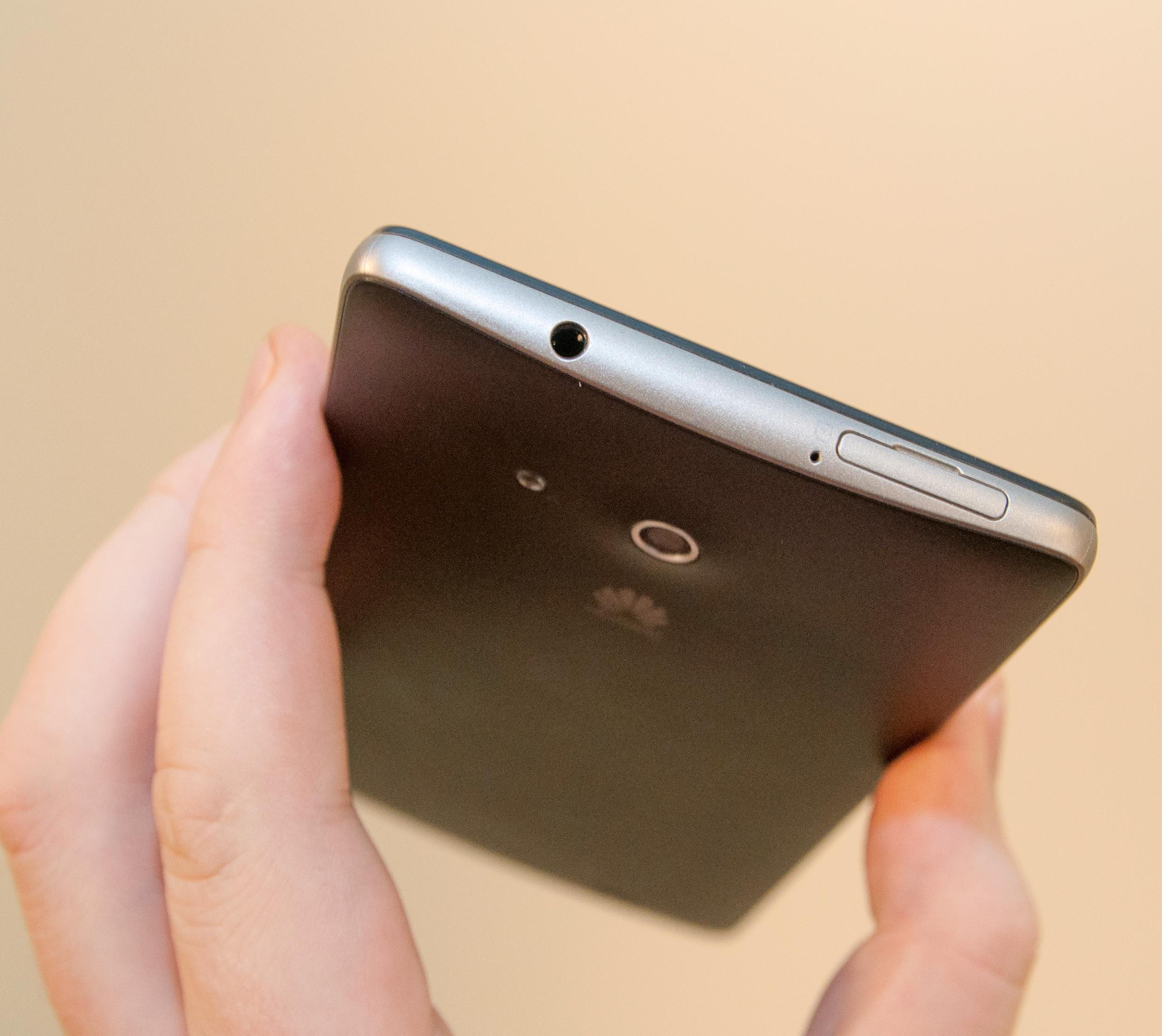 ... og minnekortet settes inn under en luke på toppen av telefonen.Foto: Finn Jarle Kvalheim, Amobil.no
