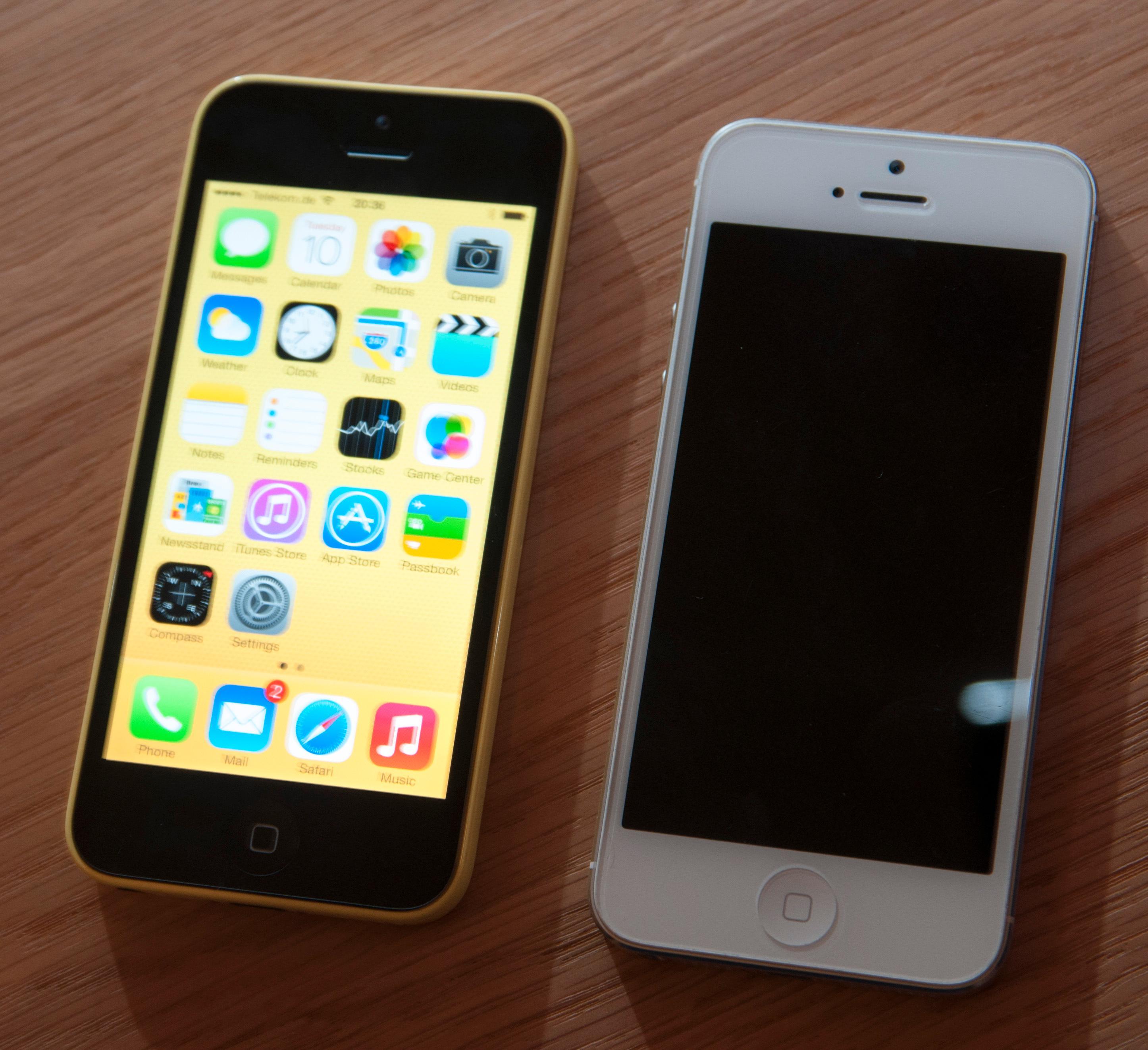 I kveld lanserte Apple også iPhone 5C. Telefonen er bygget i plast, og skal være så godt som identisk med dagens iPhone 5 på innsiden. Her er det éne bildet vi fikk ta av den ved siden av opphavet.Foto: Finn Jarle Kvalheim, Amobil.no